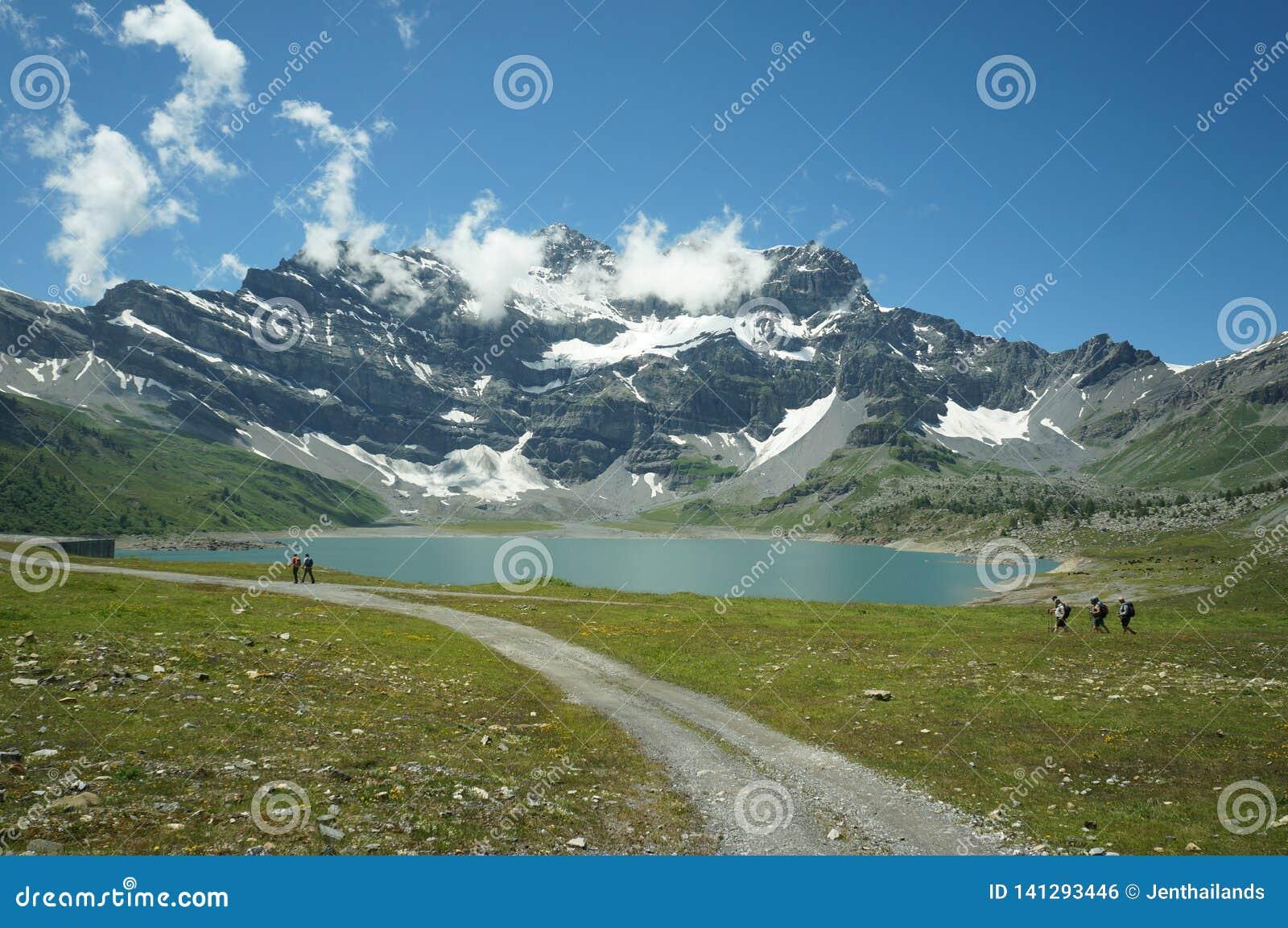Montagnes, lac et ciel bleu en Suisse