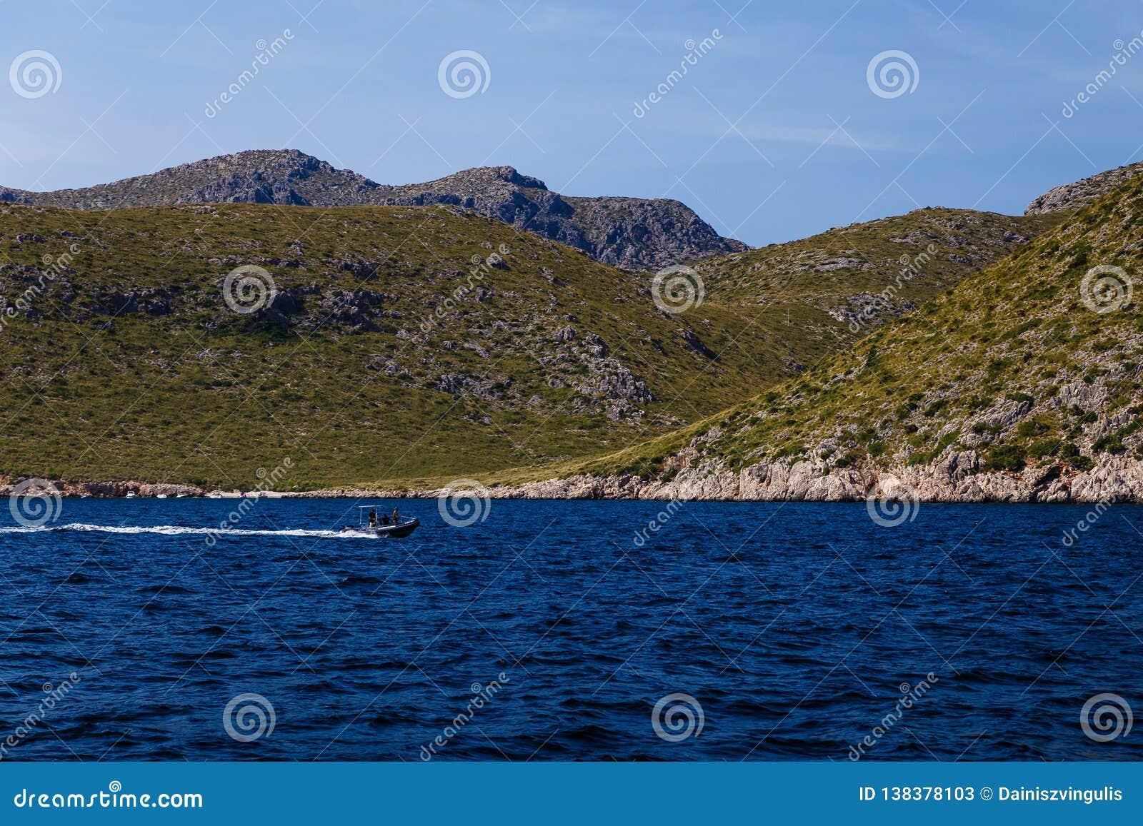Montagneux et rivage dans la distance