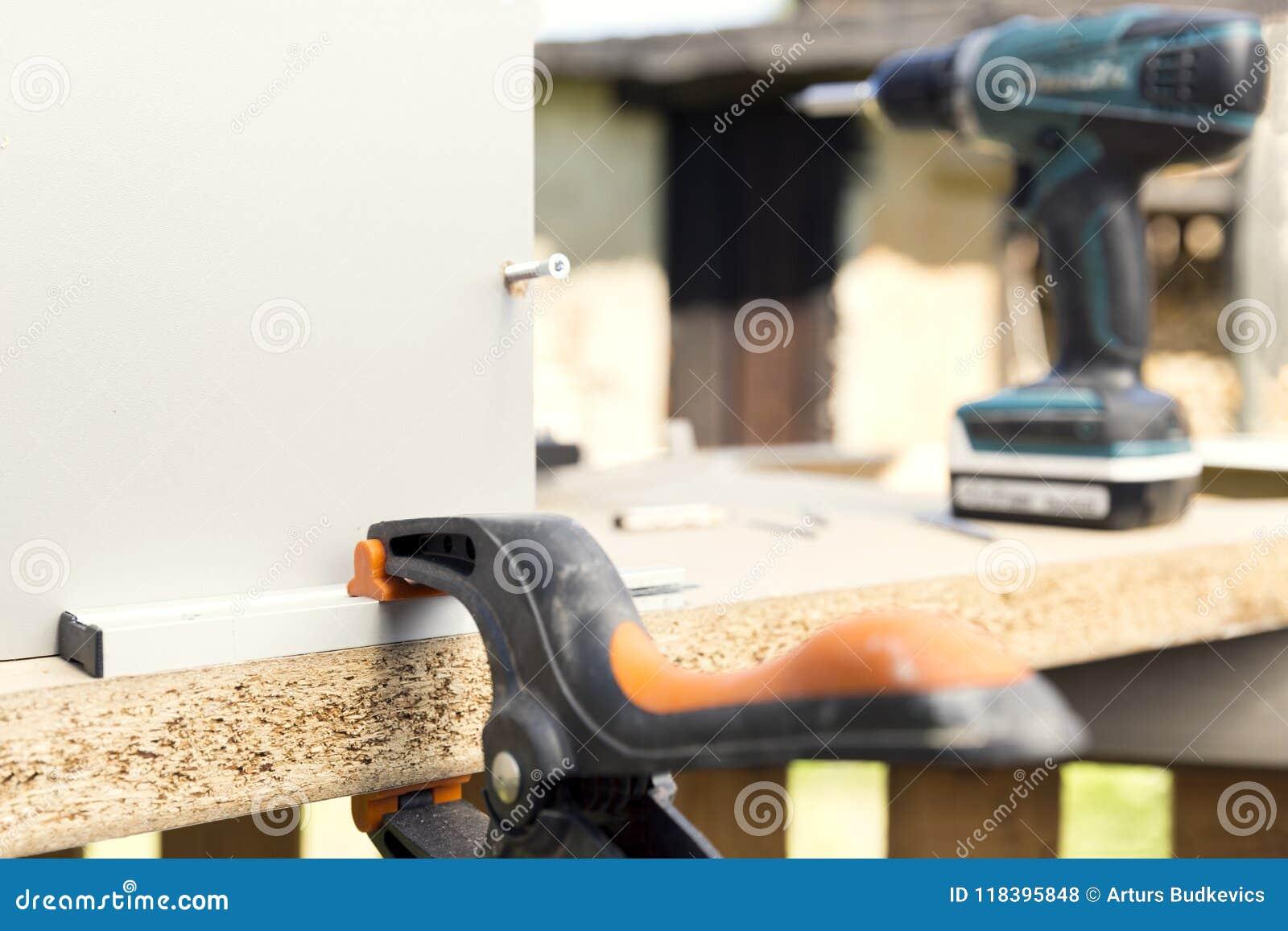 Montaje De Los Muebles Haciendo Del Armario De Cocina Usando ...