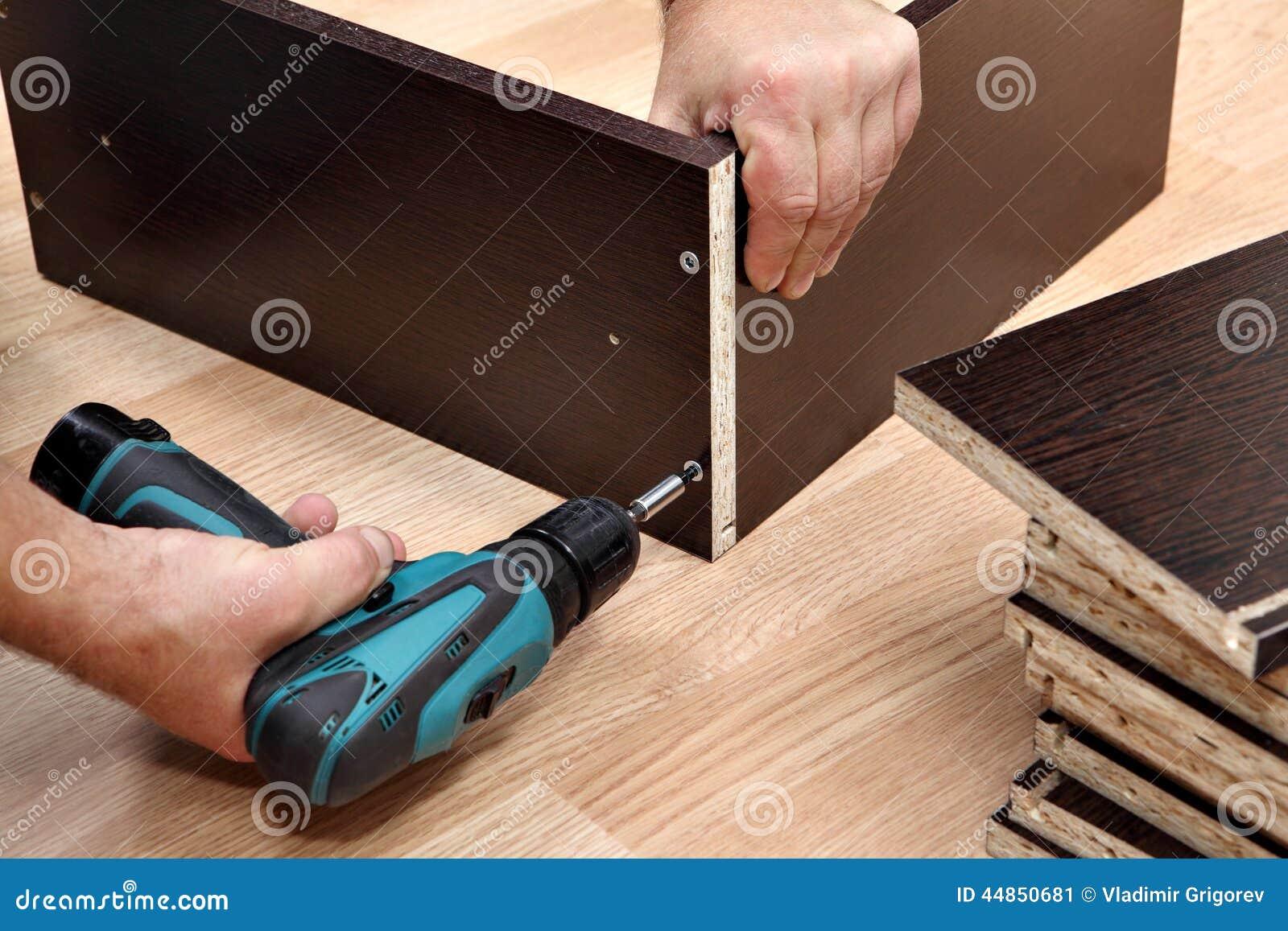 Montaje usando un destornillador sin cuerda, cierre de los muebles para arriba