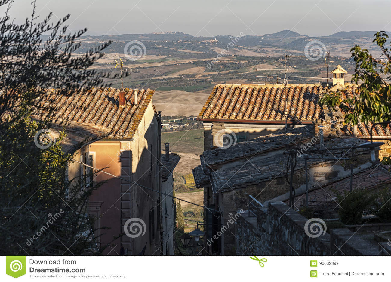 MONTALCINO, TUSCANY/ITALY : LE 31 OCTOBRE 2016 : Rue étroite au centre historique de la ville de Montalcino, ` Orcia, Toscane, It