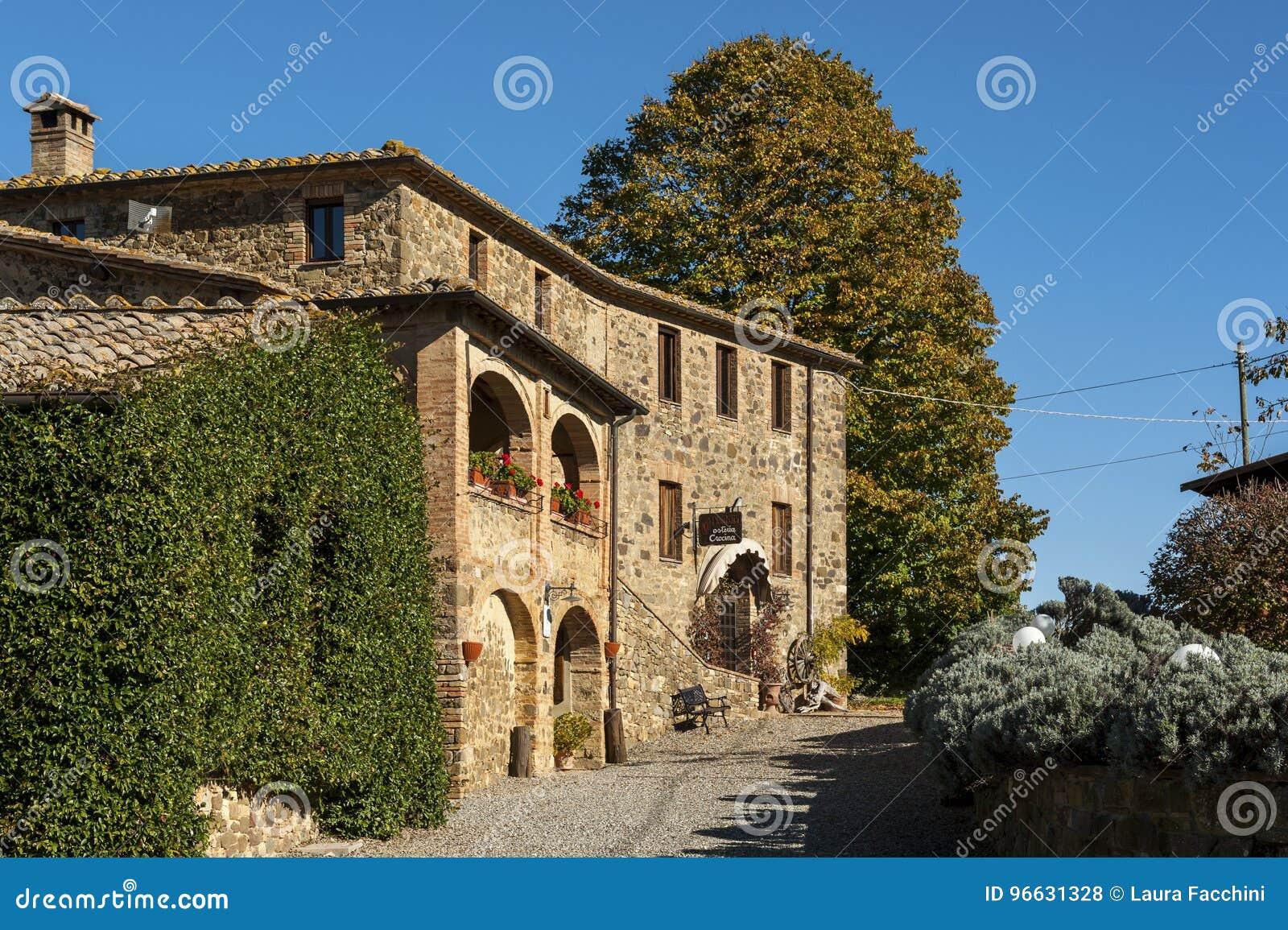 MONTALCINO - TUSCANY/ITALY: 31 OKTOBER, 2016: Typische wijnmakerij in Montalcino