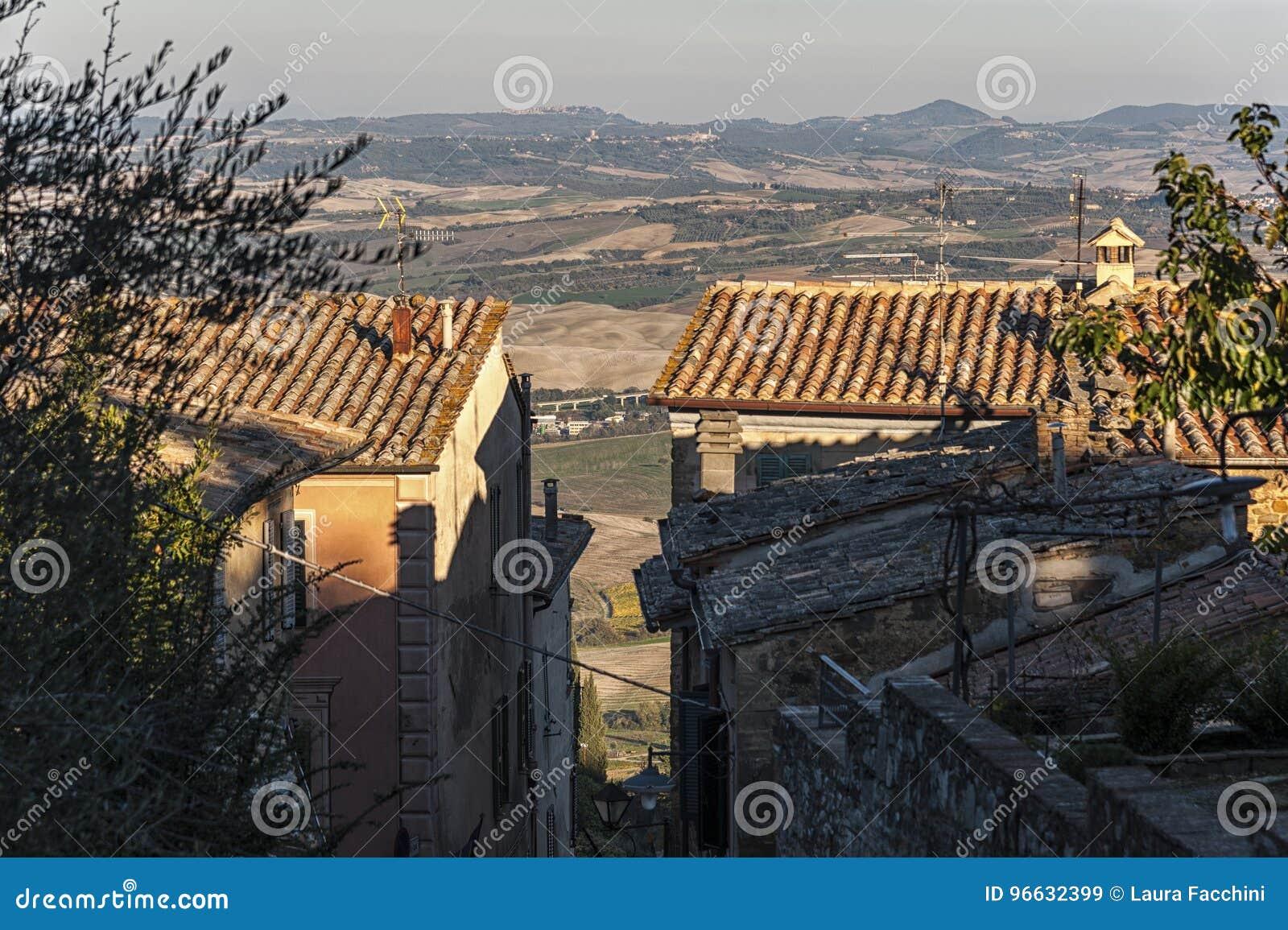 MONTALCINO, TUSCANY/ITALY: PAŹDZIERNIK 31, 2016: Wąska ulica w historycznym centrum Montalcino miasteczko, Val d ` Orcia, Tuscany