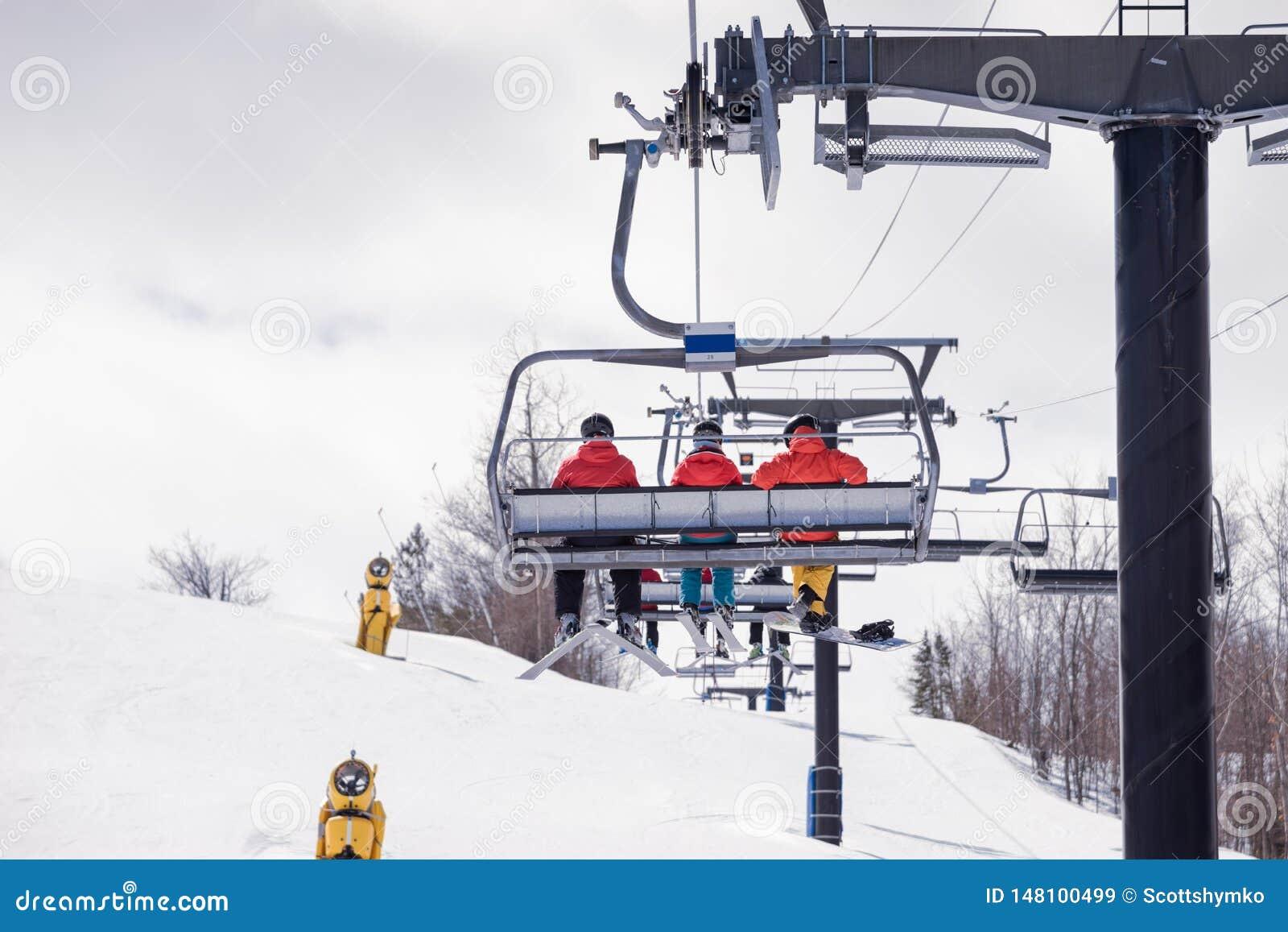 Montando a telecadeira em um monte do esqui