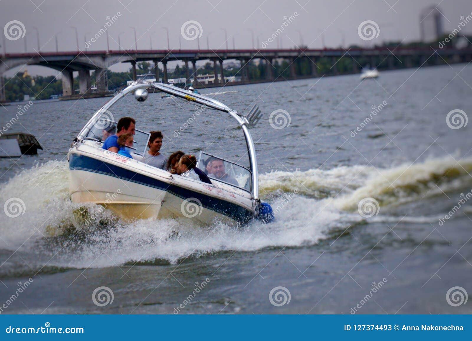 Montando um barco no rio, no tempo passável