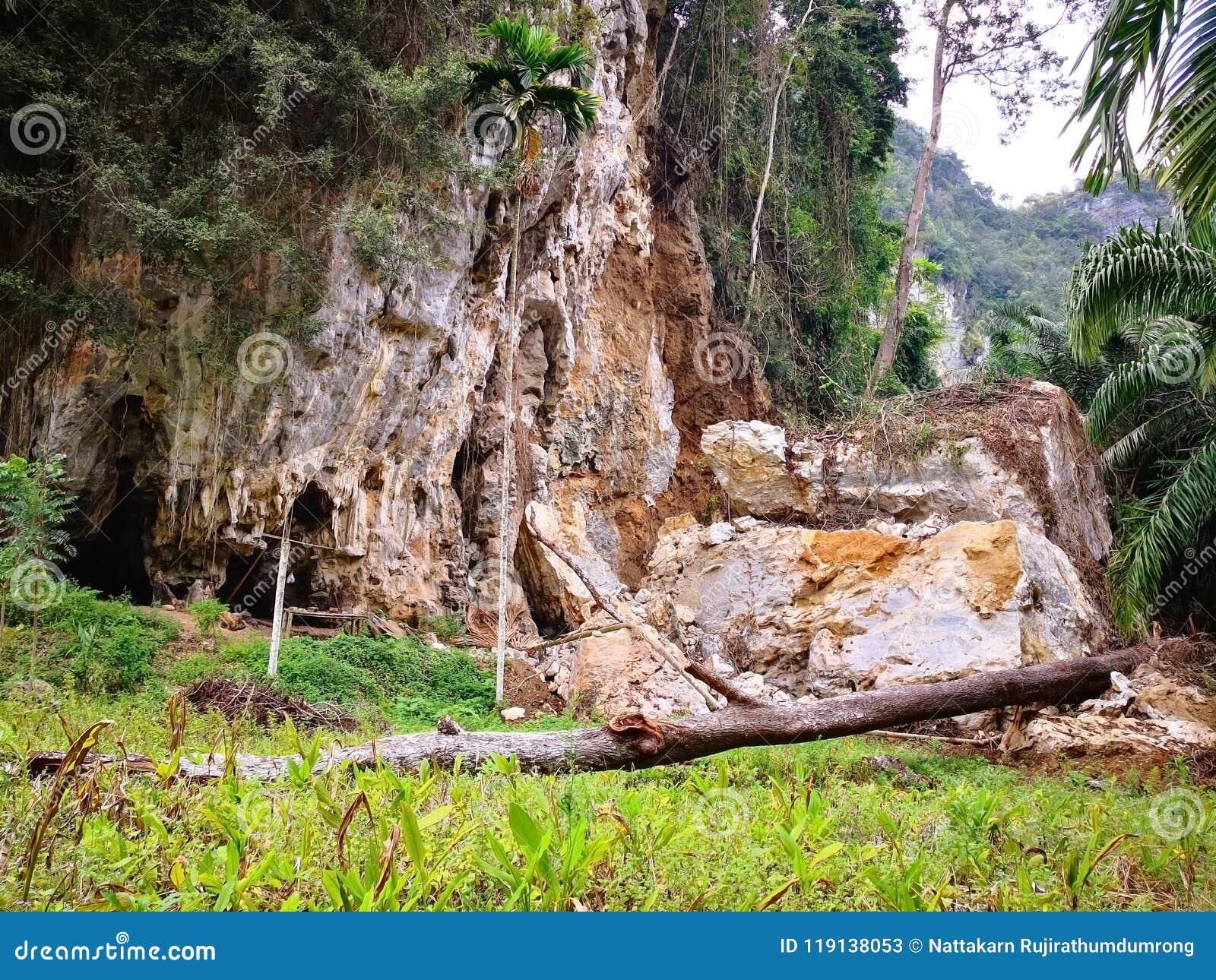 A montanha é devastada pela erosão da água da chuva por ao longo do tempo E