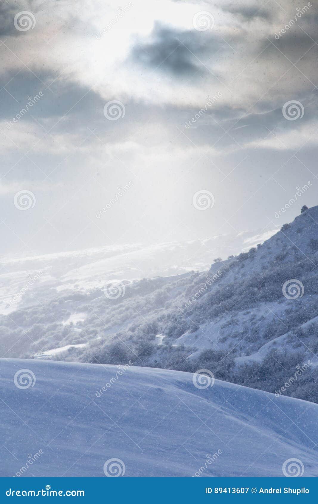 Montanha bonita da neve no sol do alvorecer