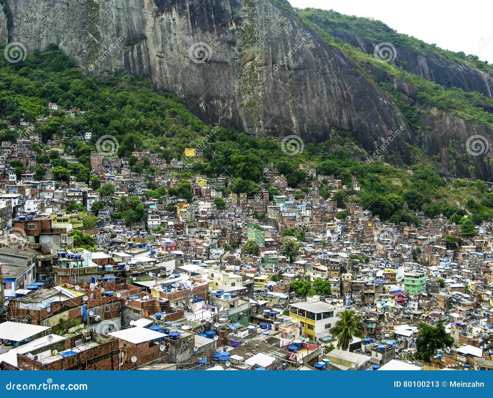 Montanha coberta por casas pobres - Favela - Rio de janeiro