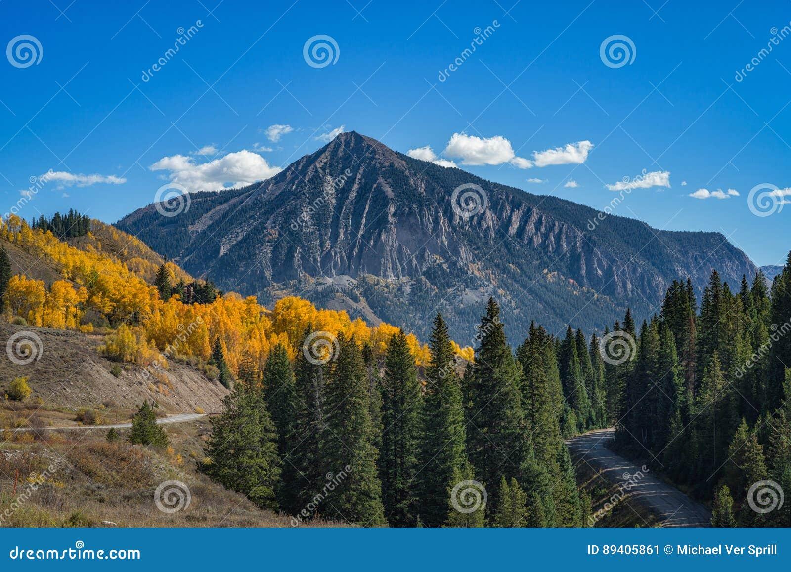 Montanha com crista do montículo no outono