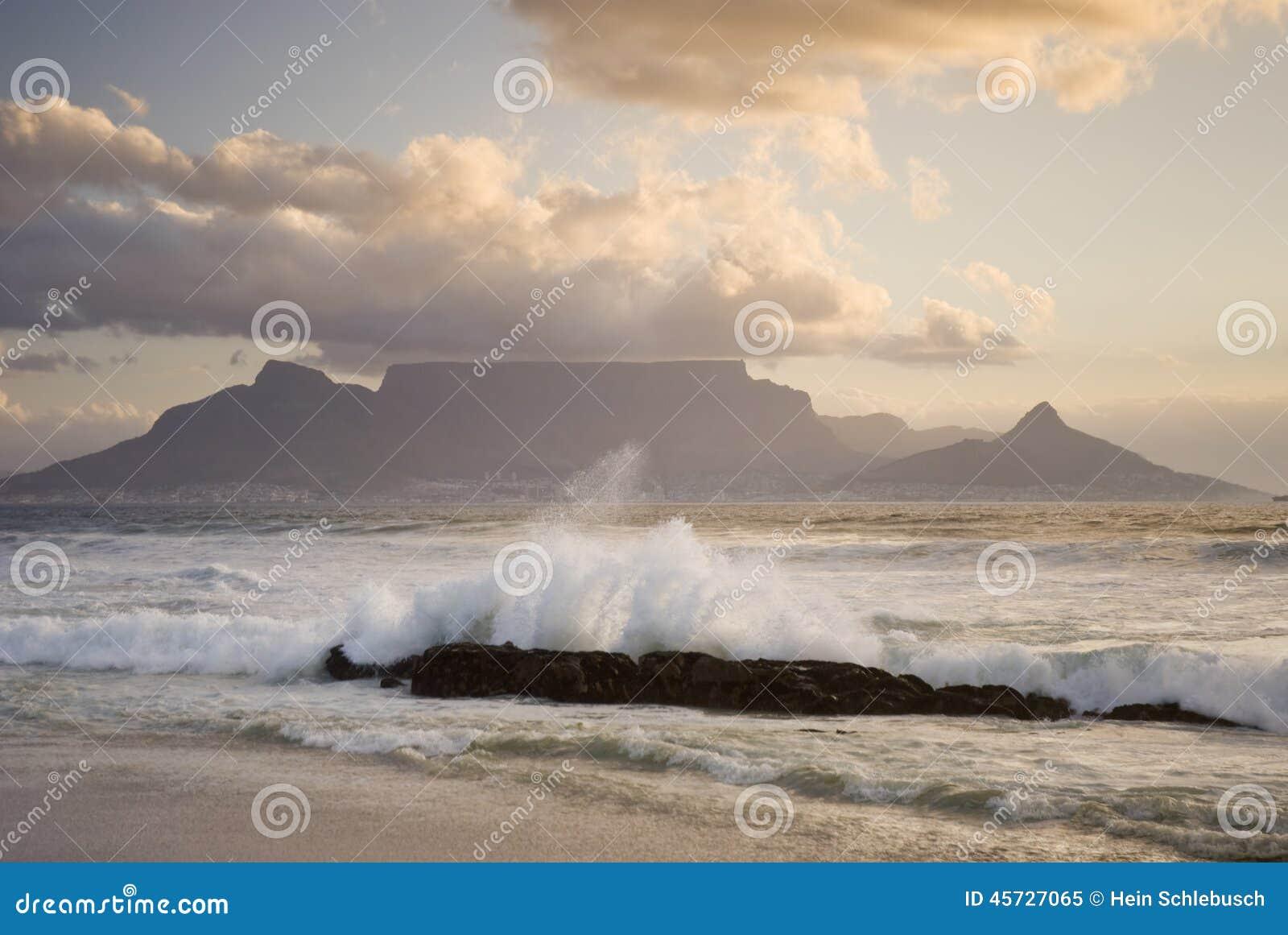 Montanha da tabela atrás da onda
