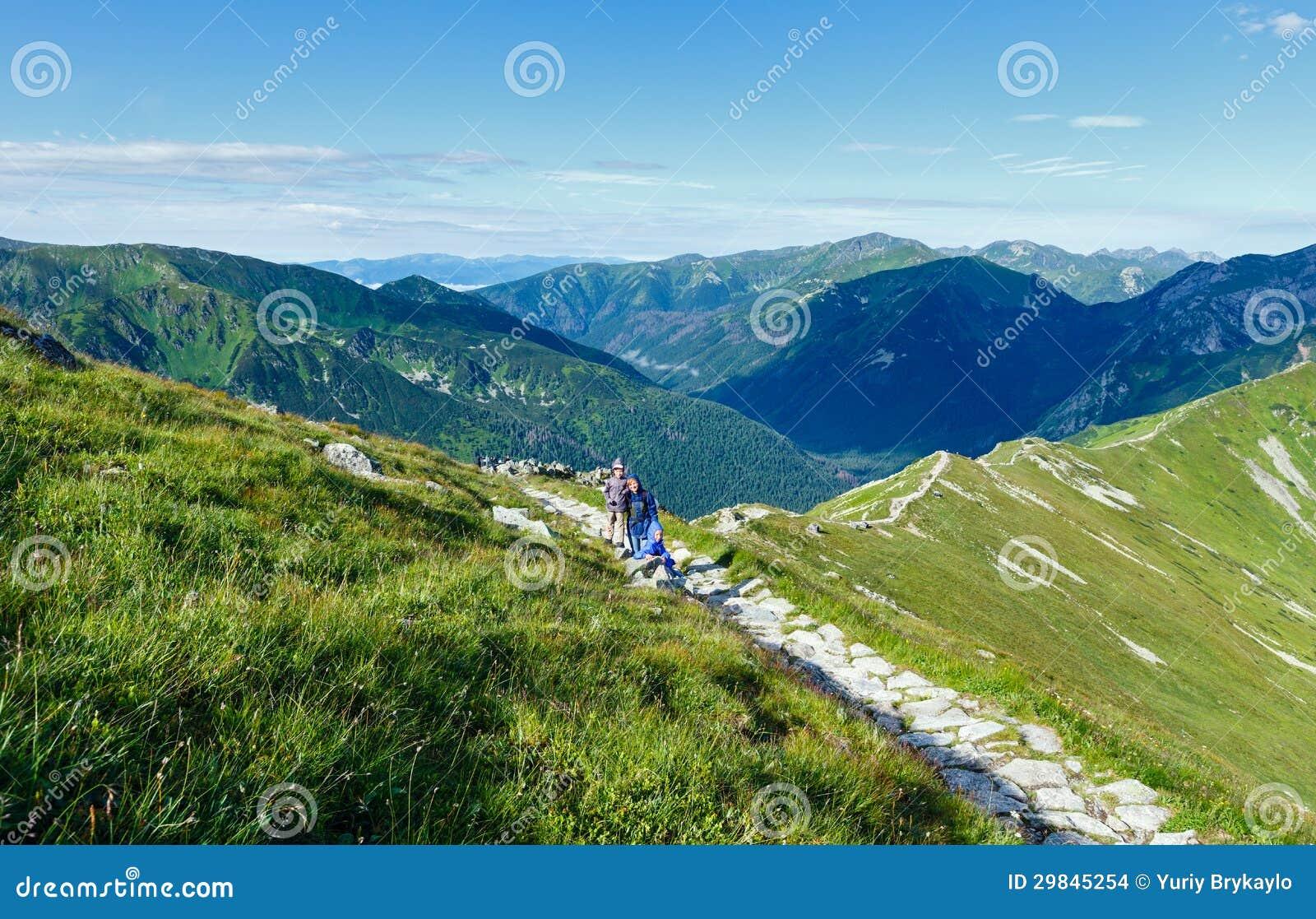 Montanha de Tatra do verão (Poland) e família no trajeto