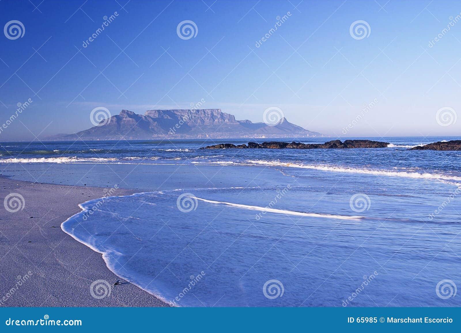 Montanha distante através do mar