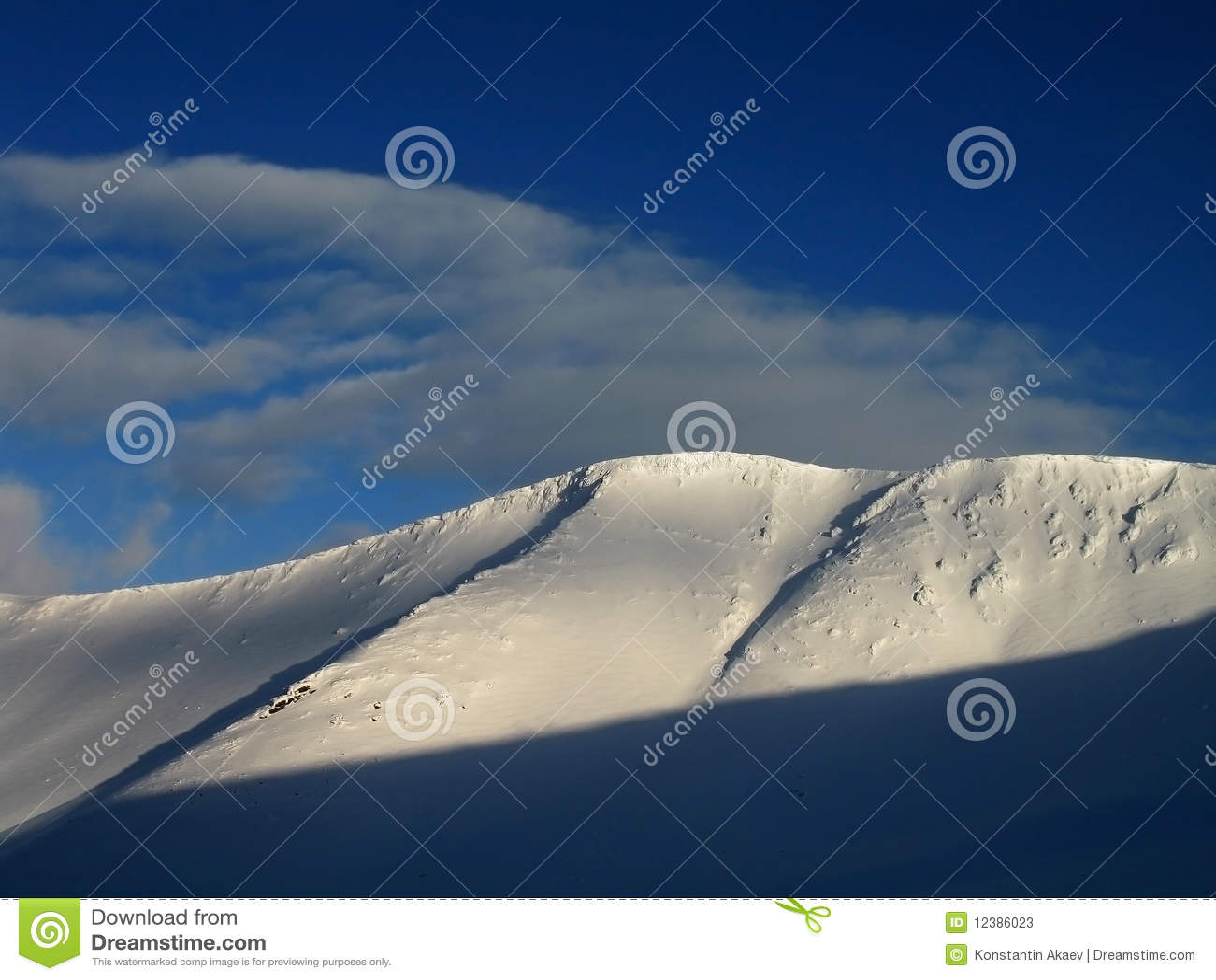 Montanha e nuvens da neve