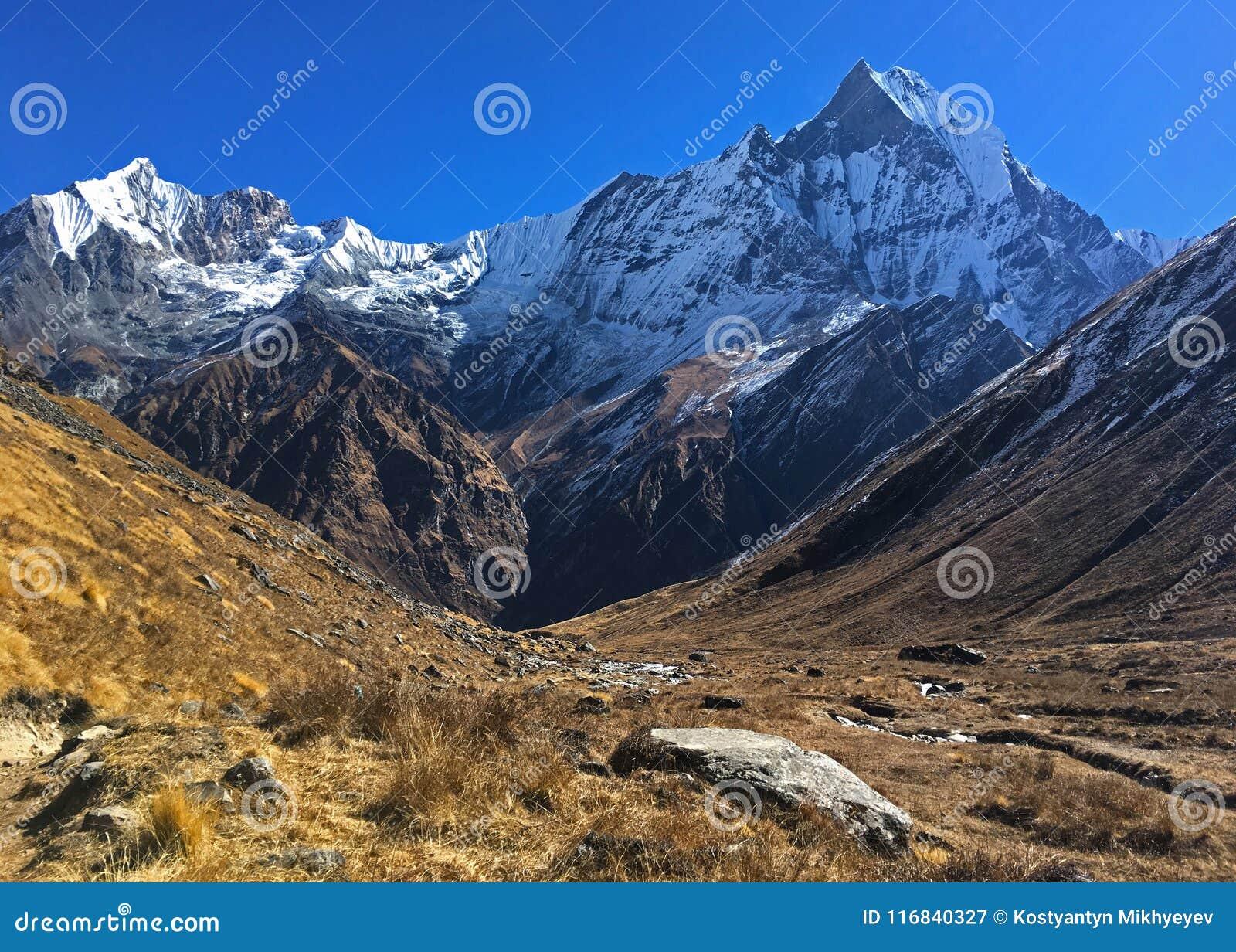 Montanha Machapuchare e cume