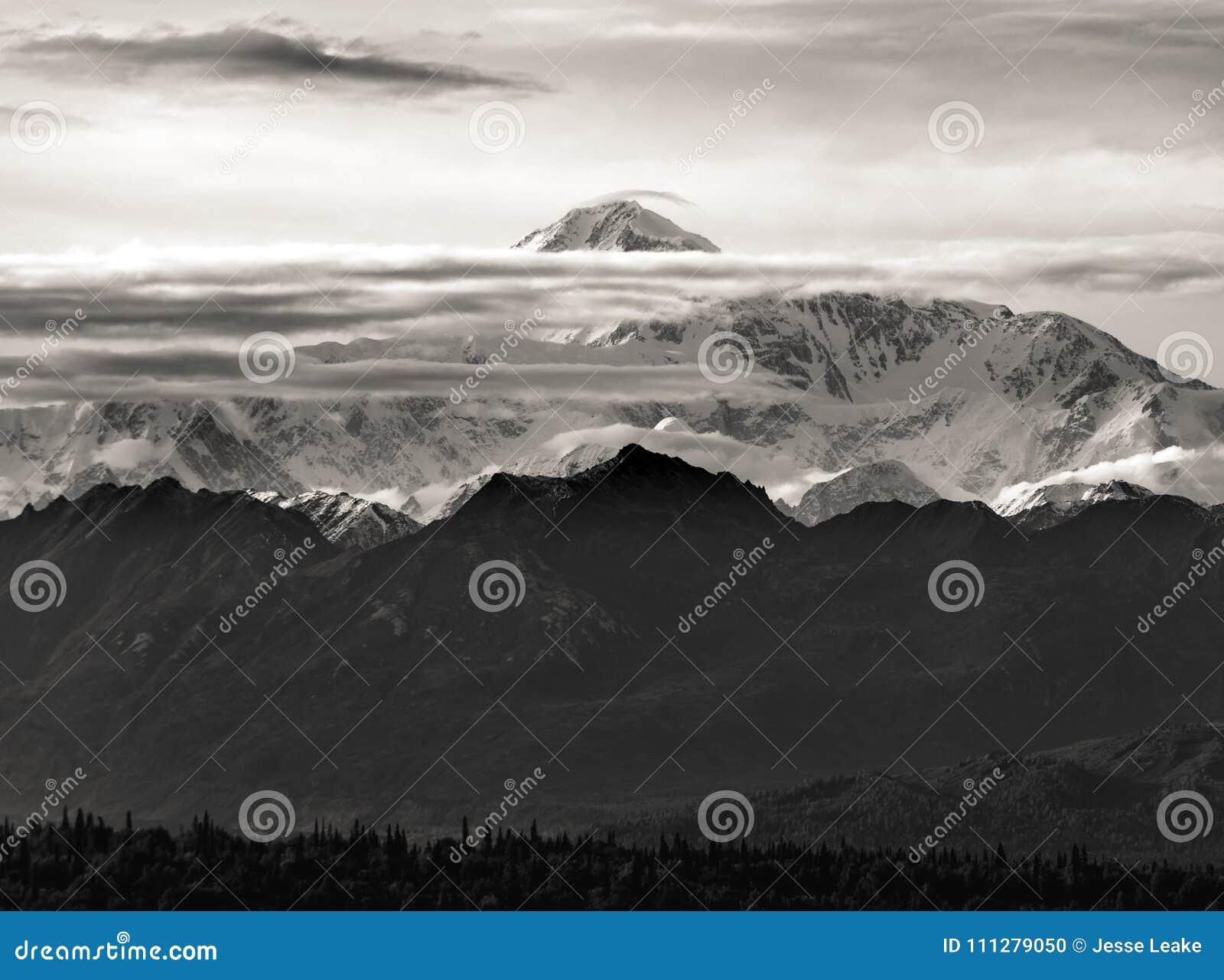 A montanha a mais alta em America do Norte, Denali, em uma vista rara entre as nuvens