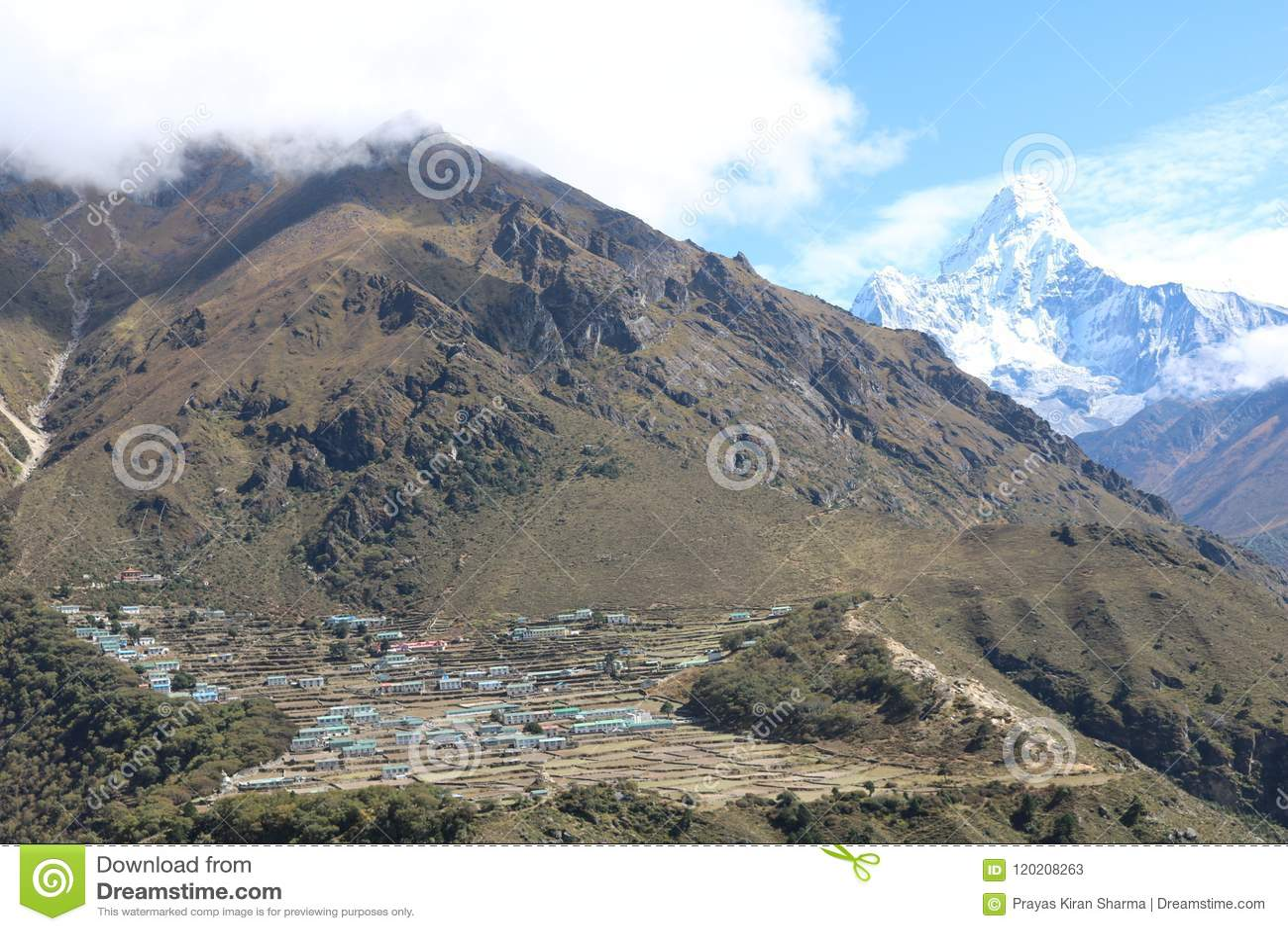 A montanha nepalesa Ama Dablam é uma montanha na escala de Himalaya