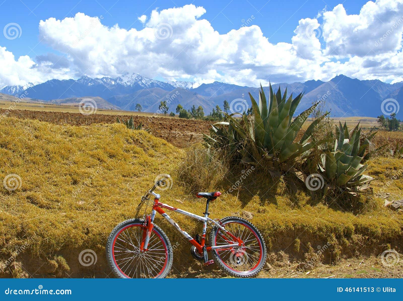 Montanha que biking no vale sagrado, Peru