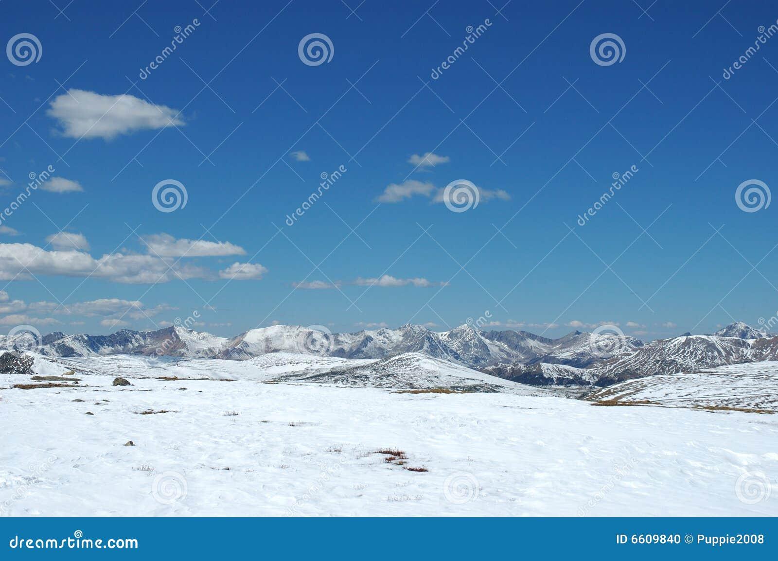 Montanha rochosa na estação de queda adiantada