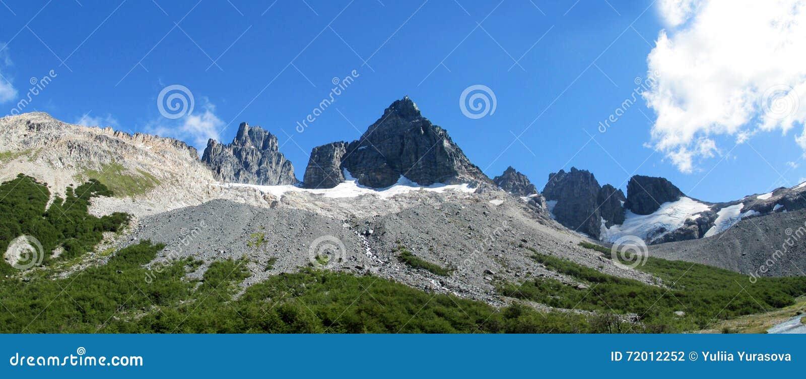 Montanha rochosa no Patagonia do Chile ao longo de Carretera Austral