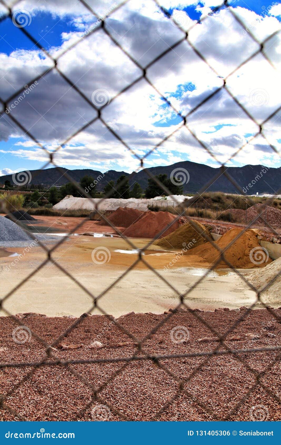 Montanhas agregadas da construção colorida em Alicante, Espanha