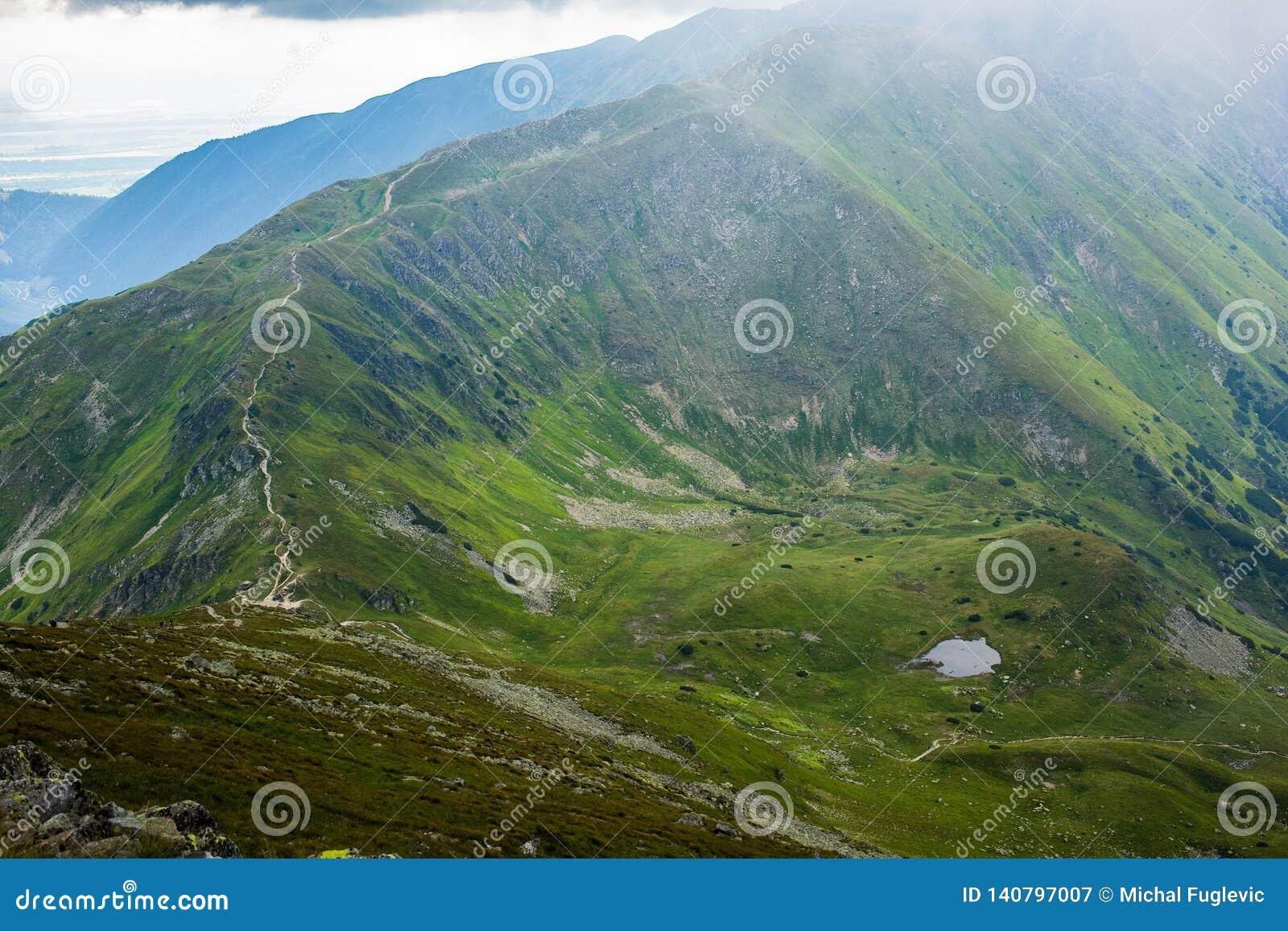 Montanhas altas de Tatras, Eslováquia no verão com nuvens