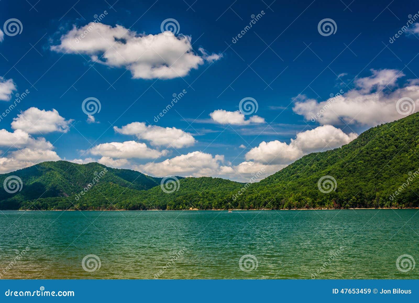 Montanhas ao longo da costa do lago Watauga, no nacional Cherokee