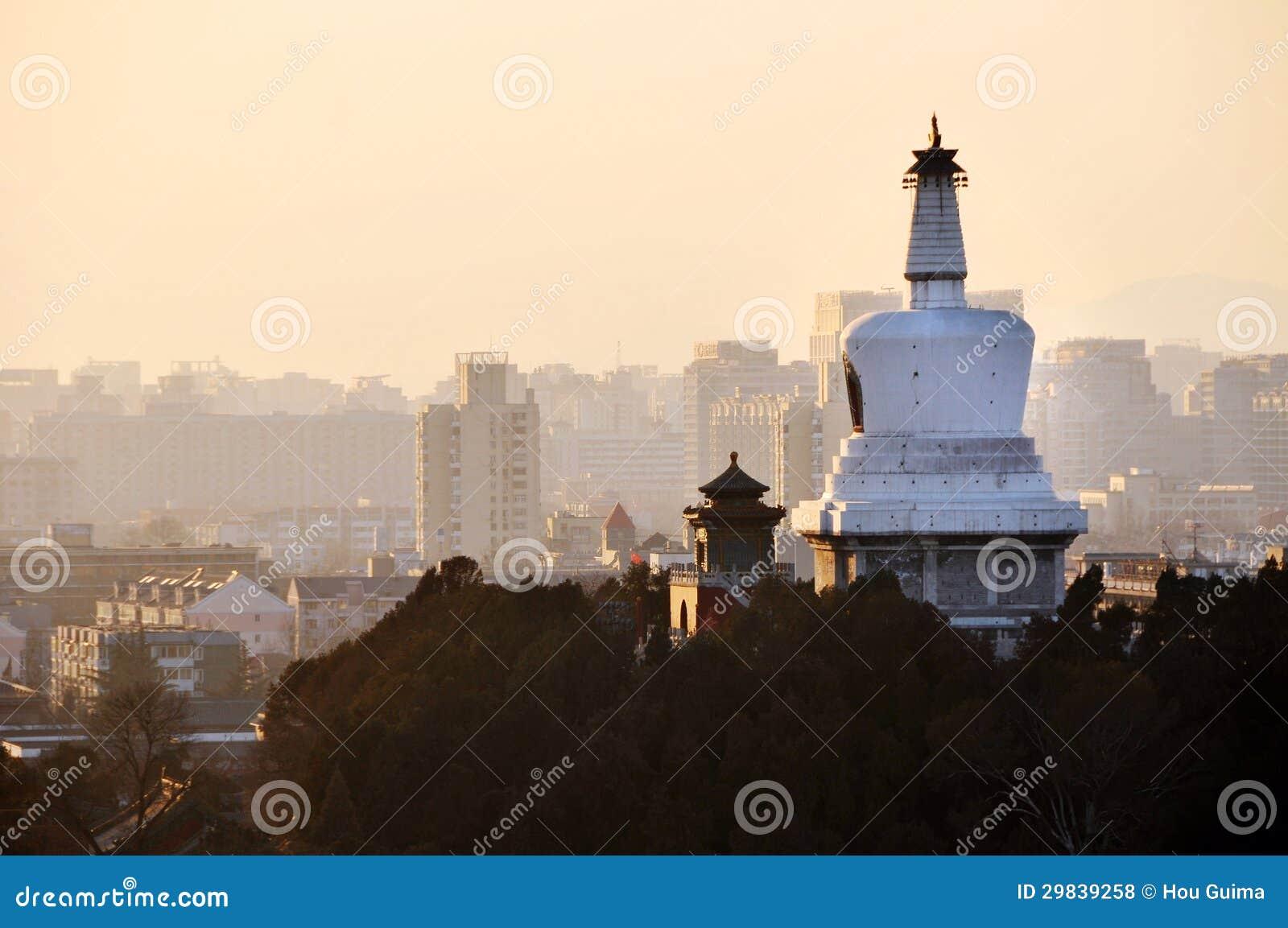 Montanhas do por do sol de Beihai Stupa