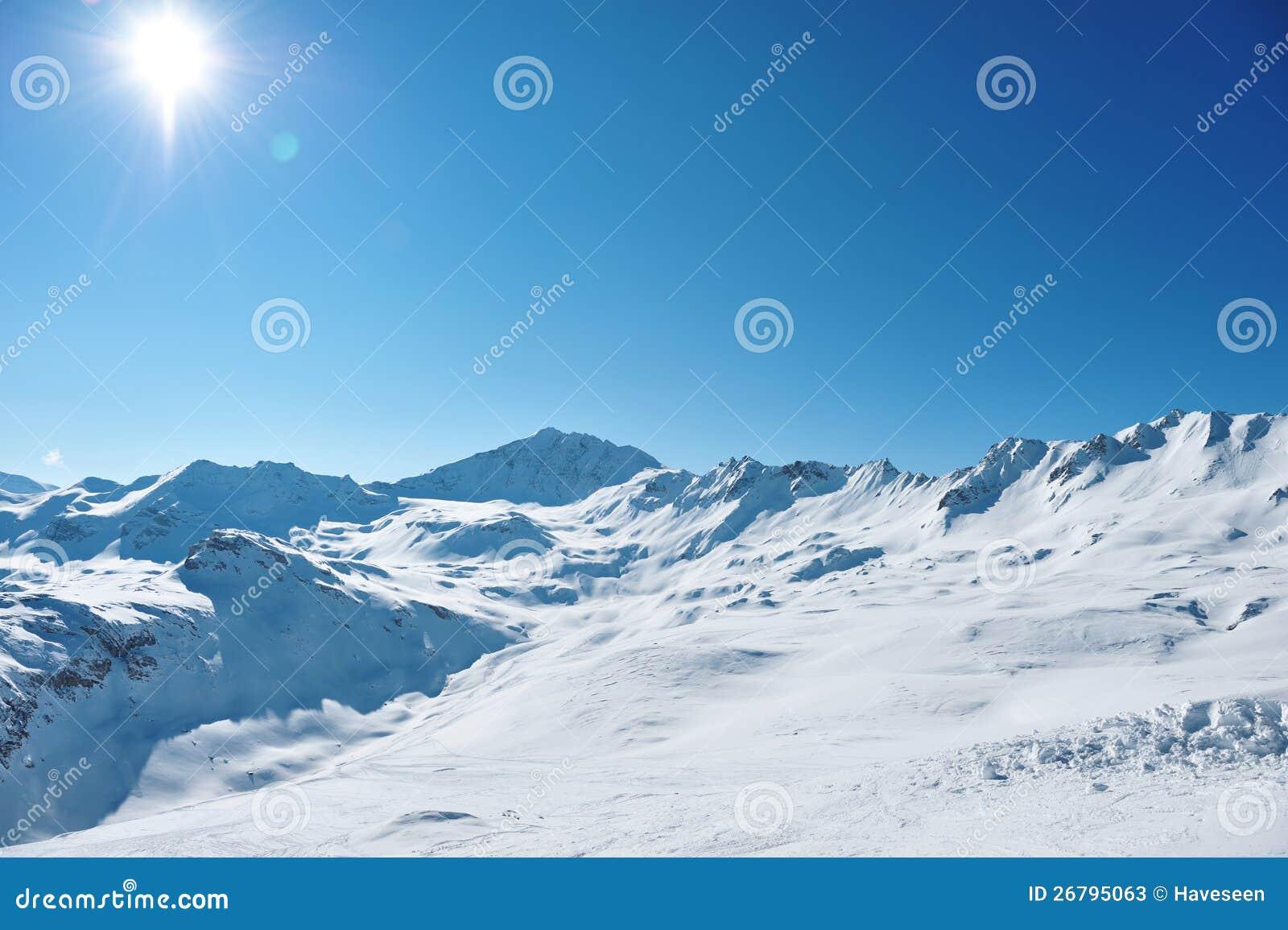 Montanhas com neve no inverno