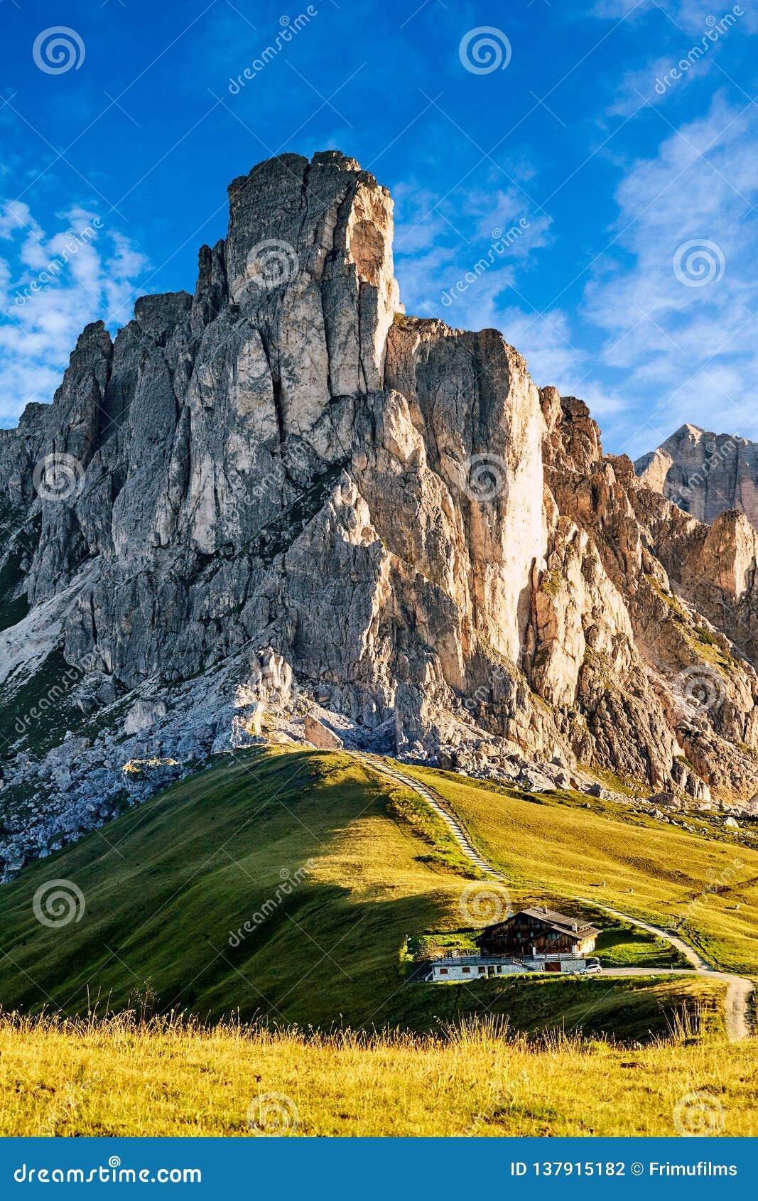 Montanhas da passagem de Giau na luz do dia