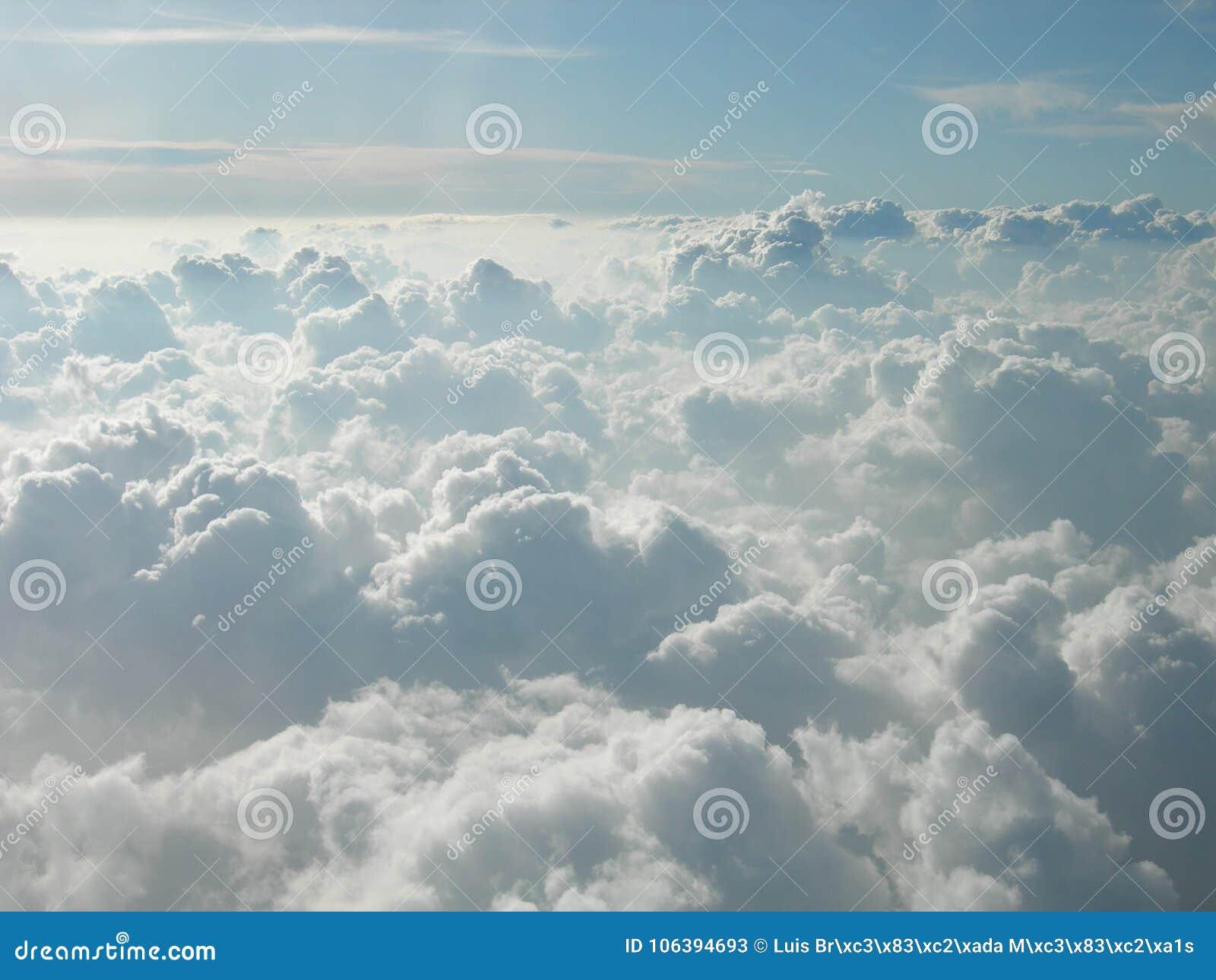 Montanhas das nuvens brancas que tocam no céu