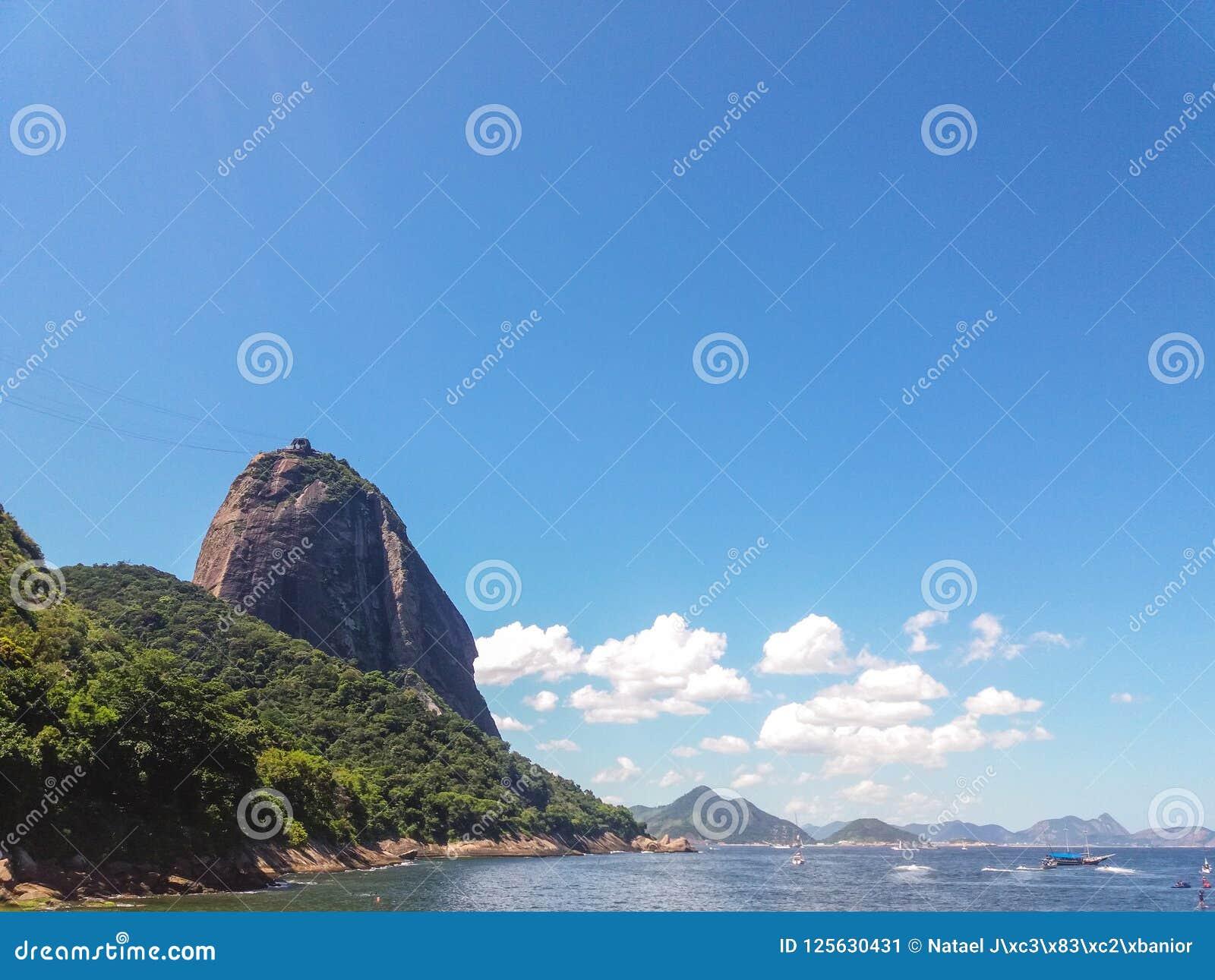Montanhas das praias e cidade de Rio de janeiro em Brasil