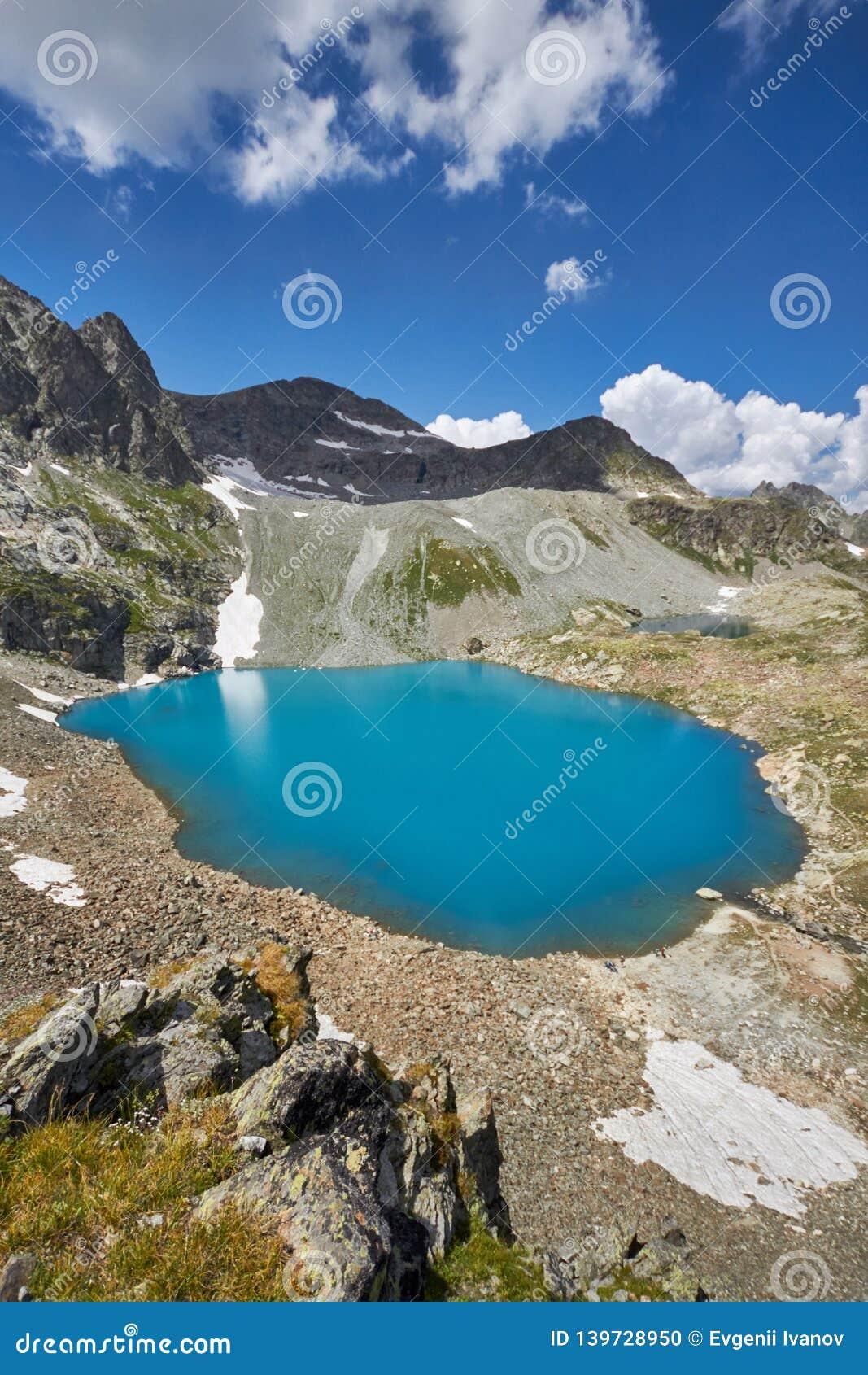 Montanhas de Cáucaso no verão, o derretimento do lago do lago Arkhyz Sófia do cume da geleira Montanhas altas bonitas de Rússia,