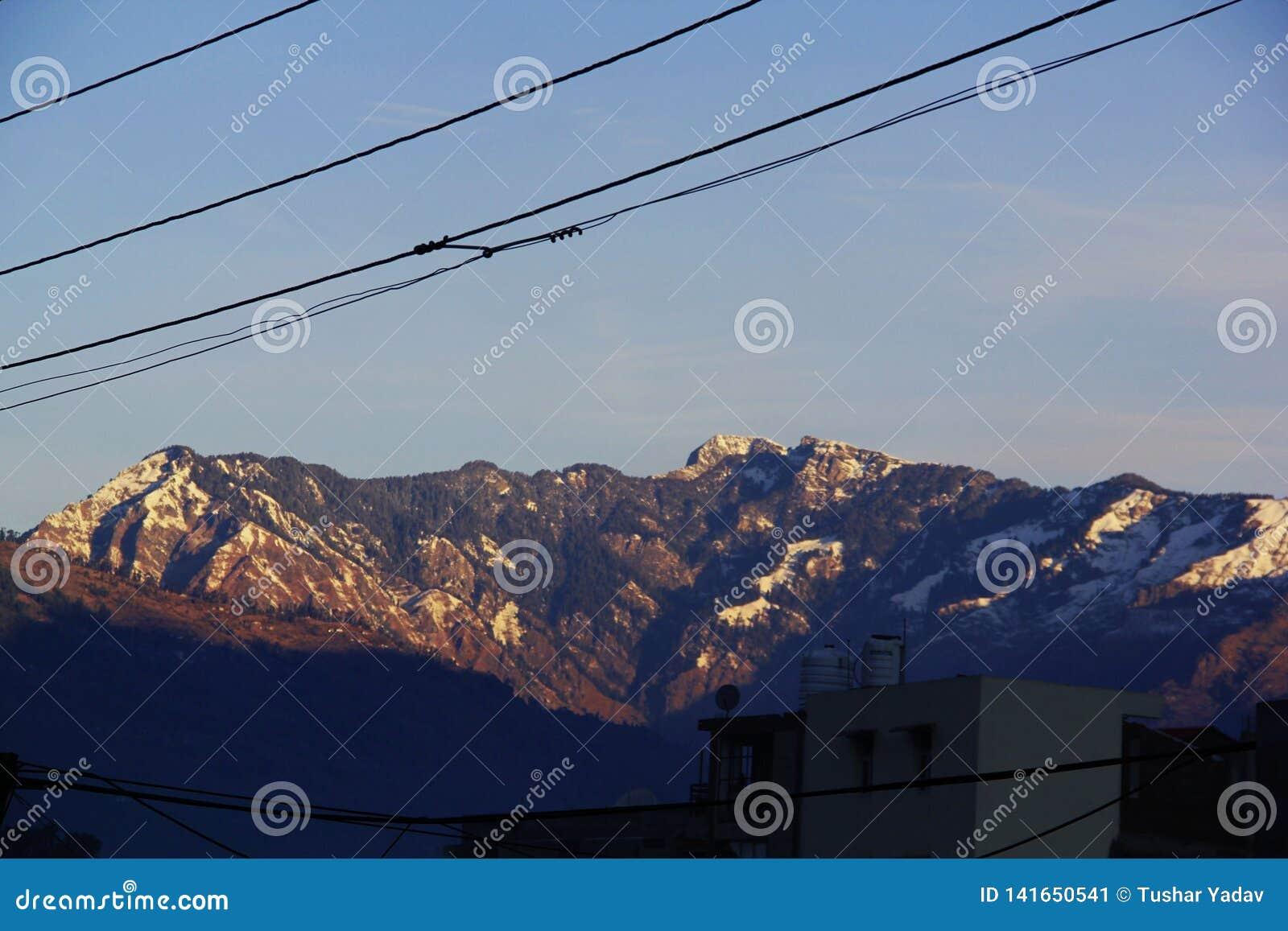 Montanhas de Manali com fulgor branco da neve