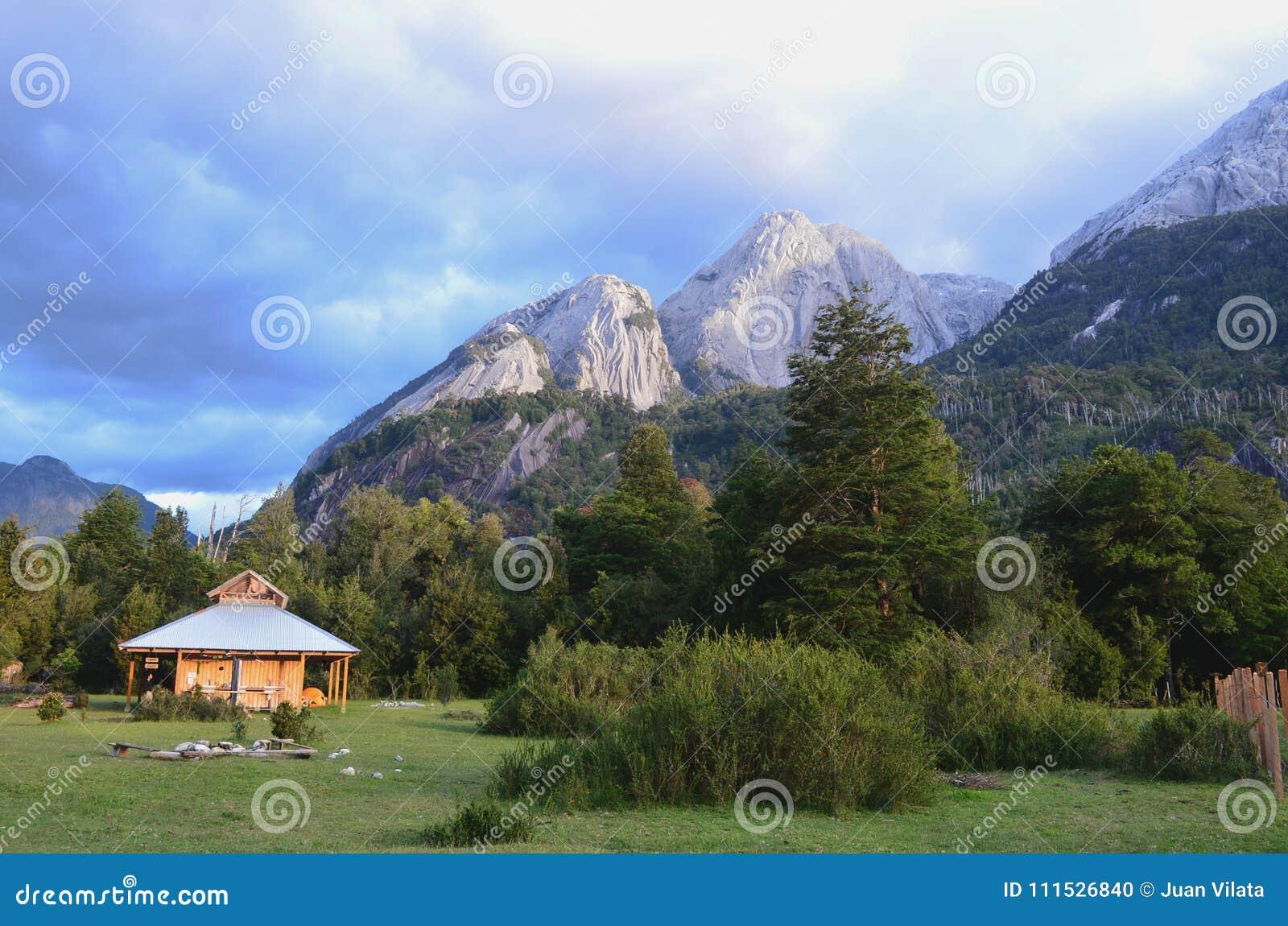 Montanhas do granito no vale do ³ de CochamÃ, região dos lagos do Chile do sul