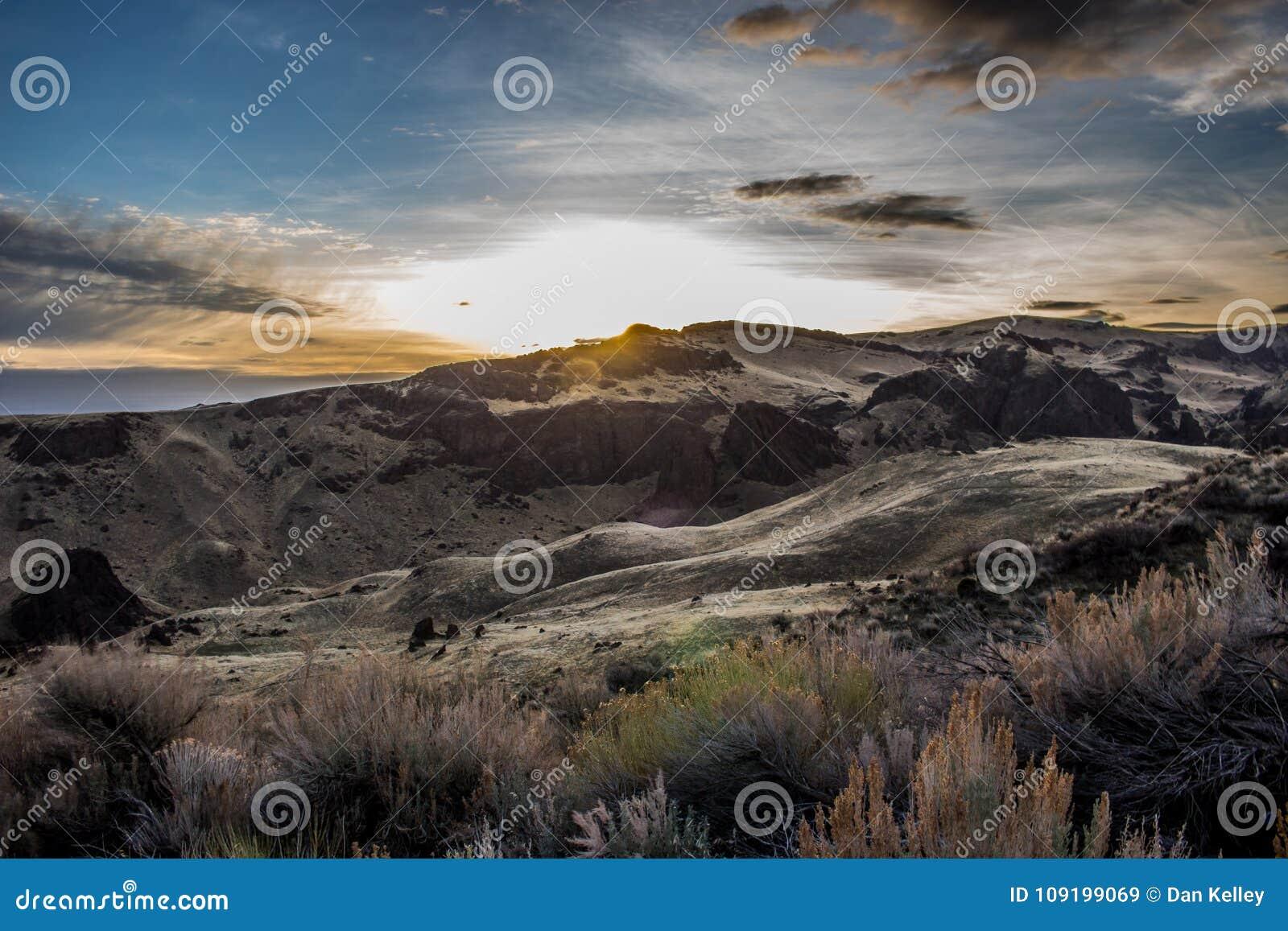 Montanhas em Oregon com o céu azul profundo
