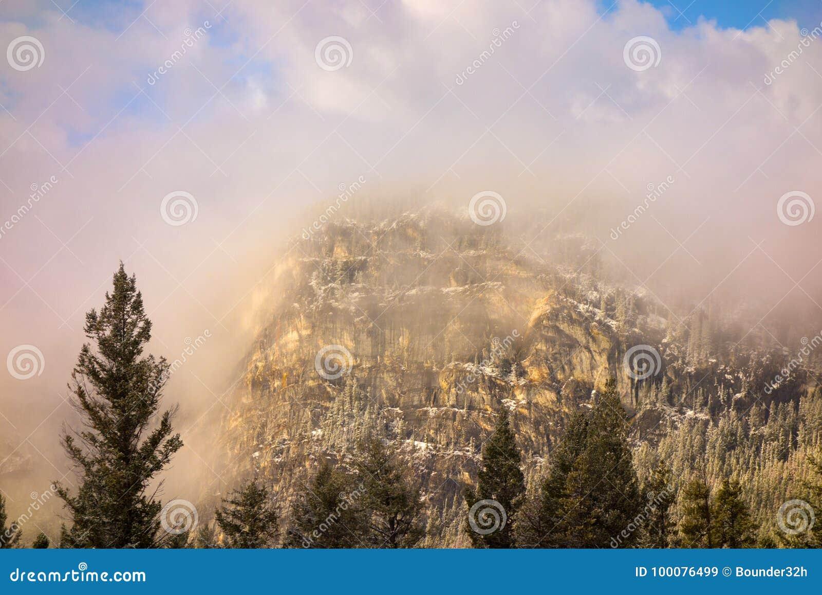Montanhas encobertas na névoa da manhã