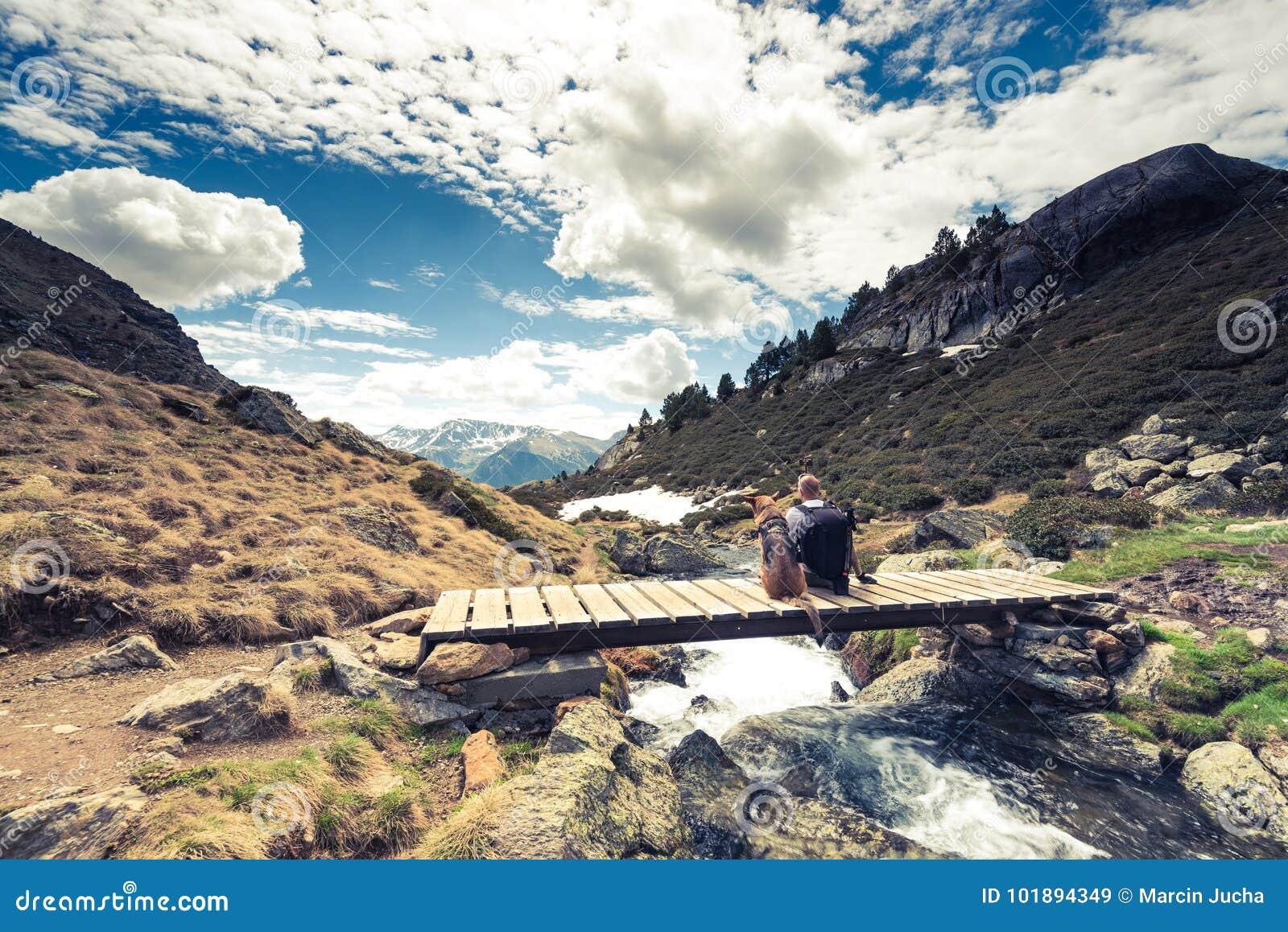 Montanhas, hikker e cão de Adorra