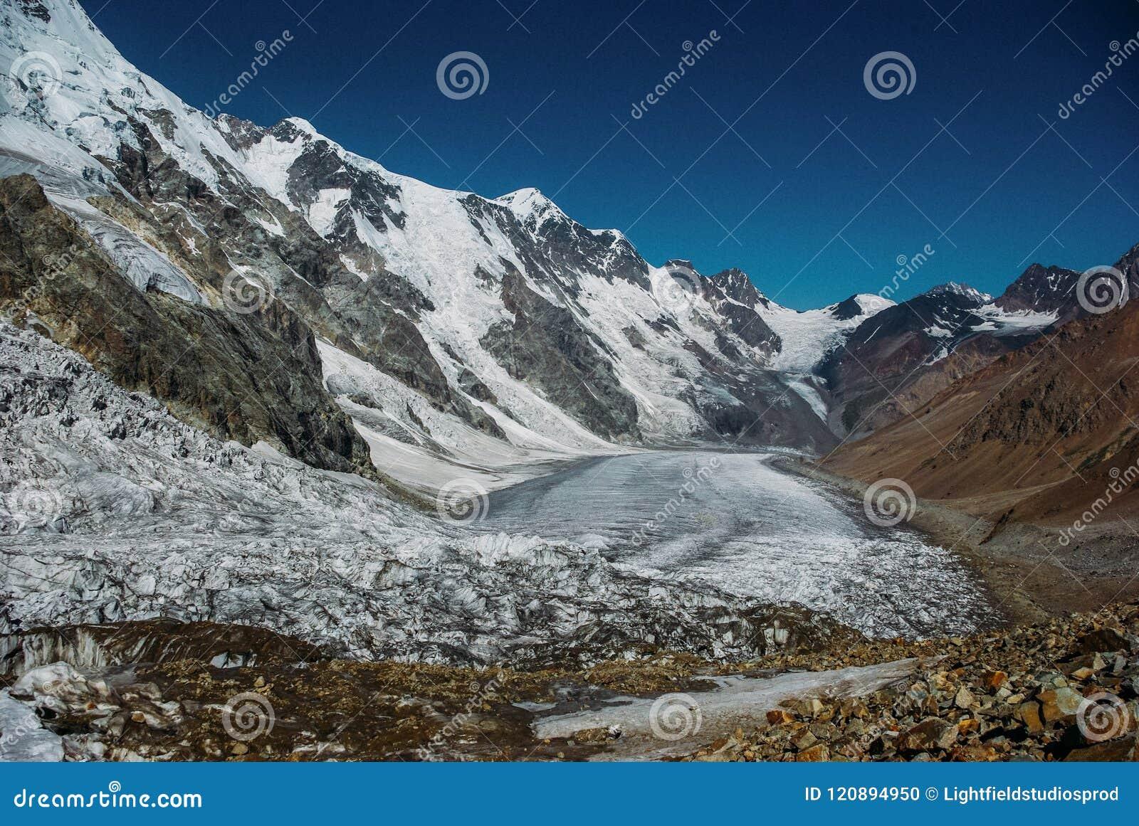 Montanhas nevado bonitas, Federação Russa, Cáucaso,