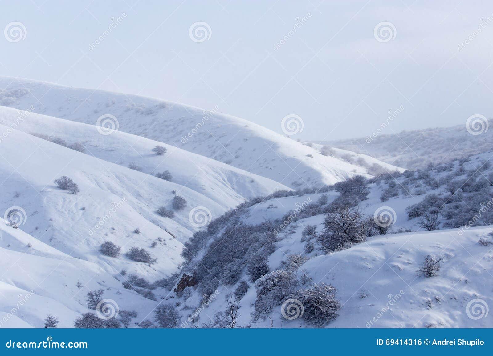 Montanhas nevado em Cazaquistão