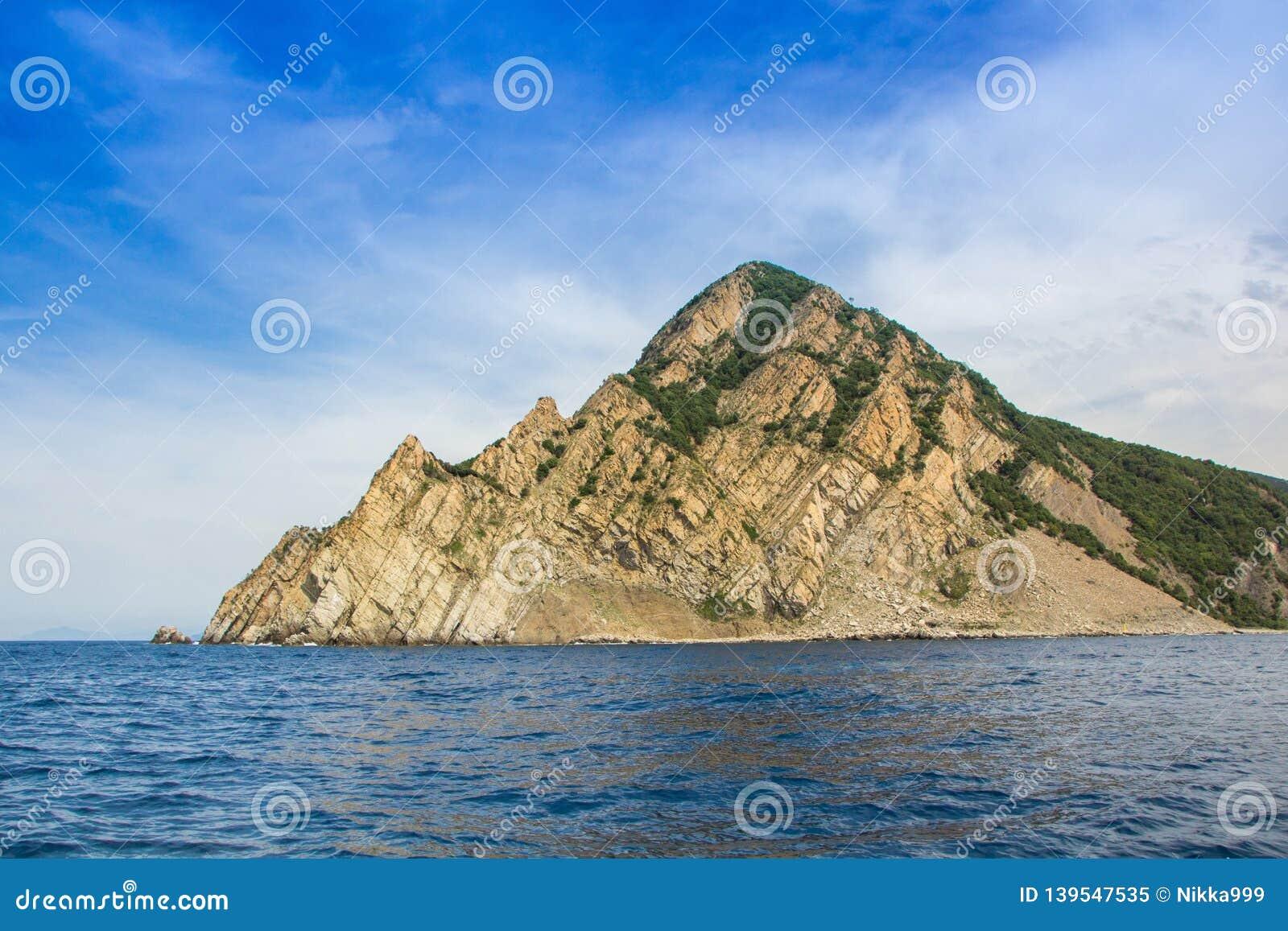 Montanhas no parque nacional de Cinque Terre, vista do navio da excursão Localizado entre as cidades de Levanto e Monterosso