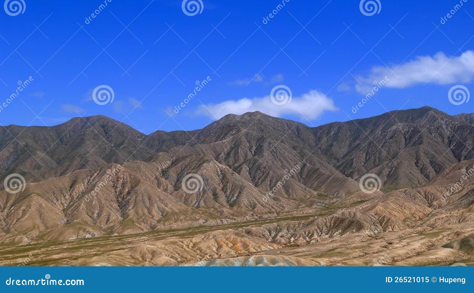 Montanhas sob o céu azul