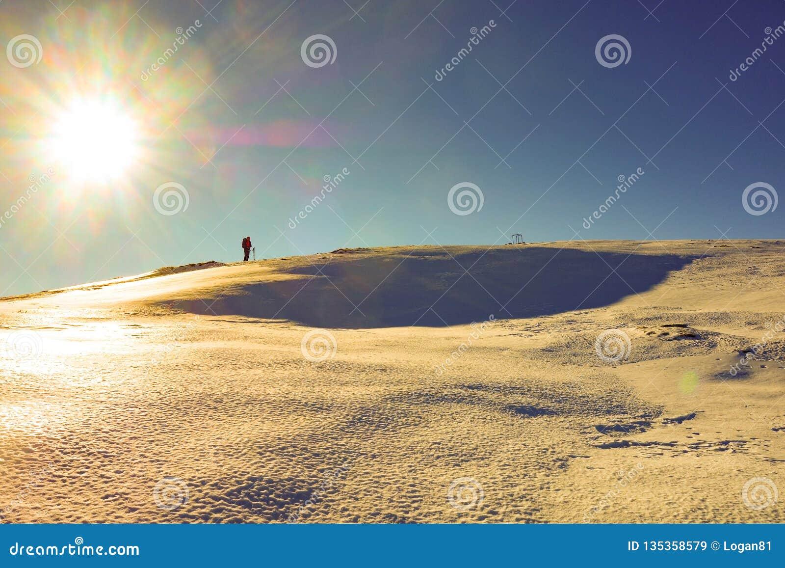Montanhista na crista Altissimo nevado em Itália
