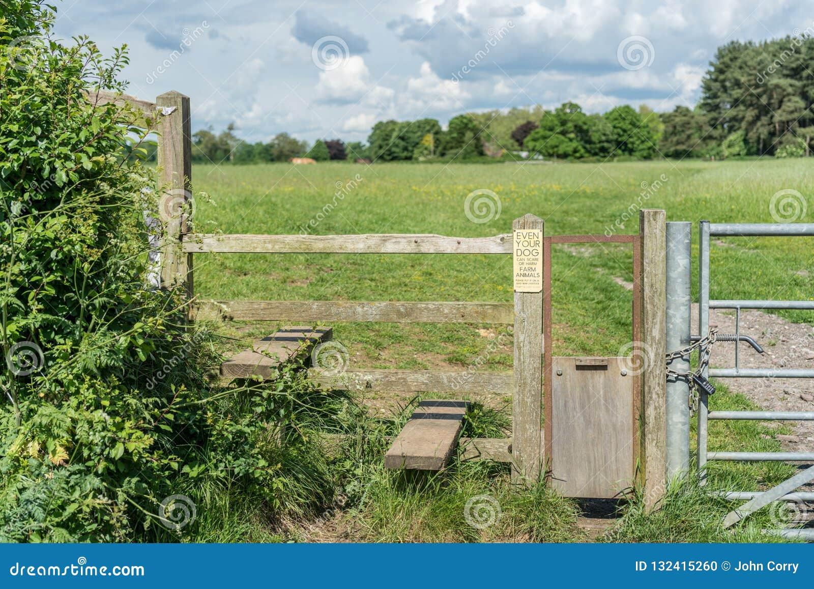 Montant anglais typique de pays avec la porte de chien, Gloucestershire