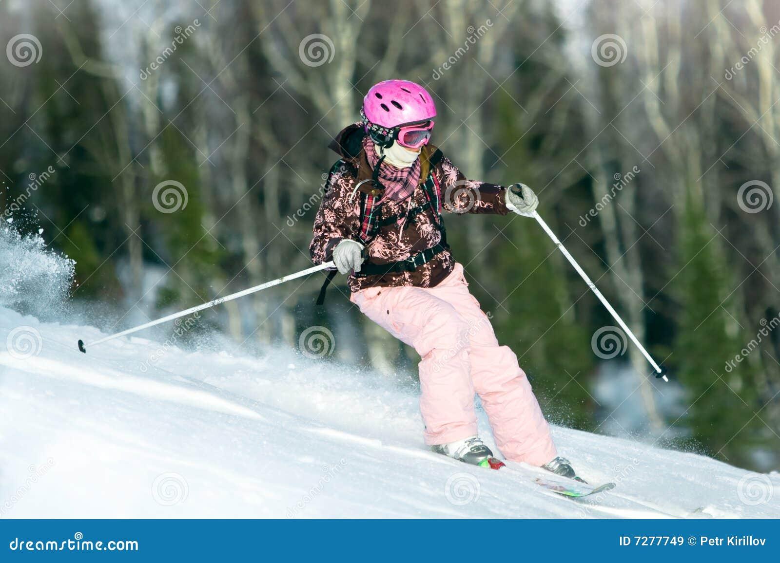 Montar a caballo de la muchacha en los esquís