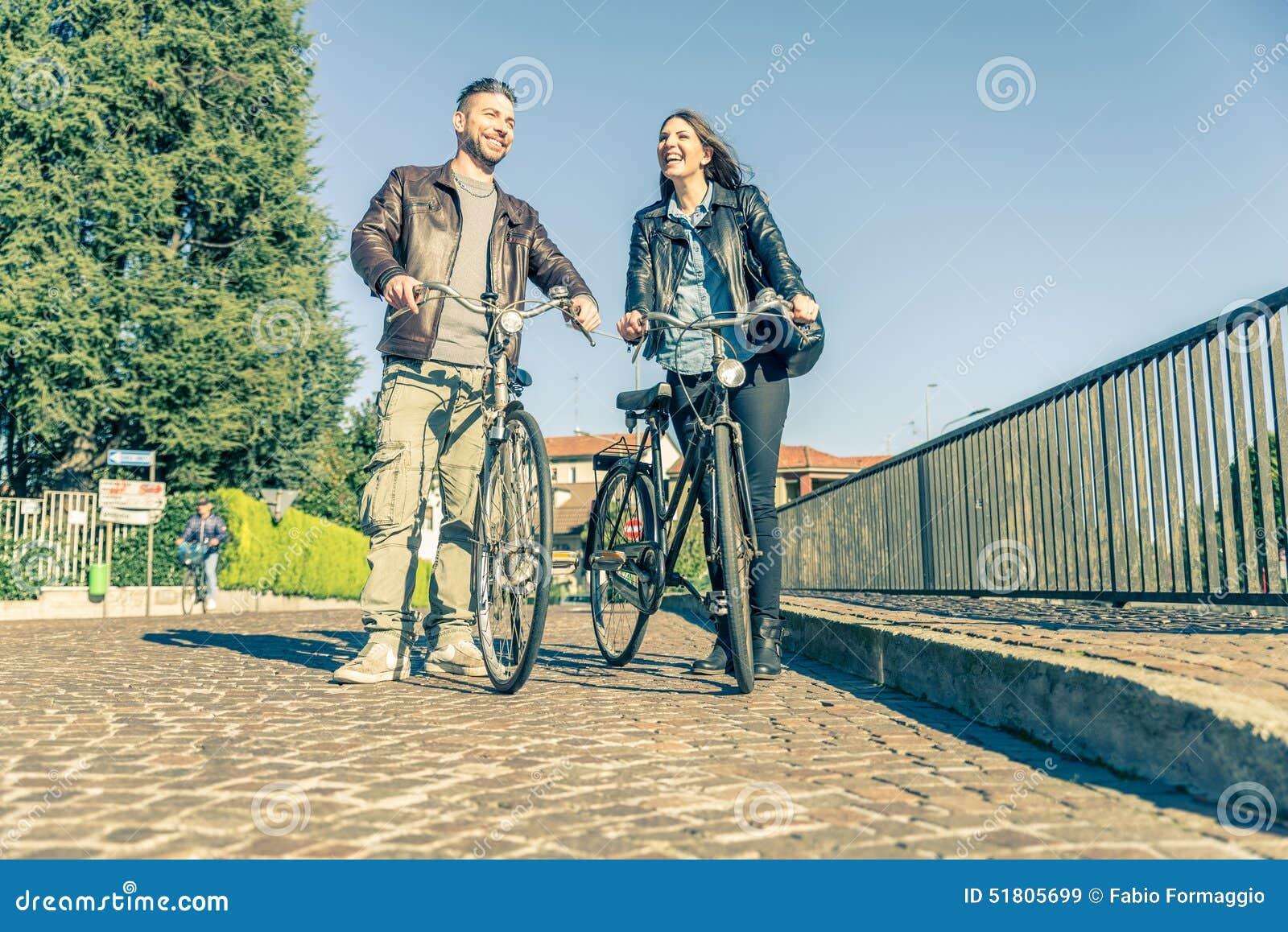 Montar a caballo de los pares en las bicis