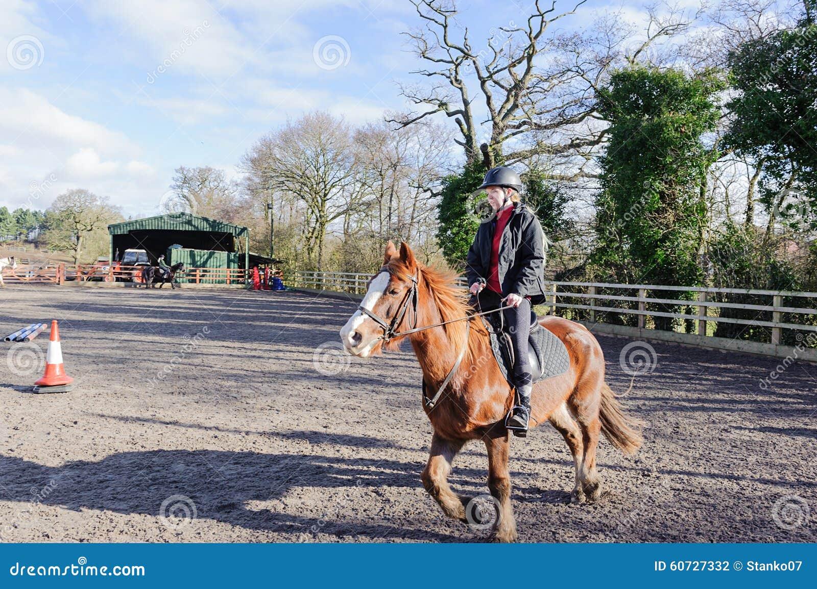Montar a caballo en el prado