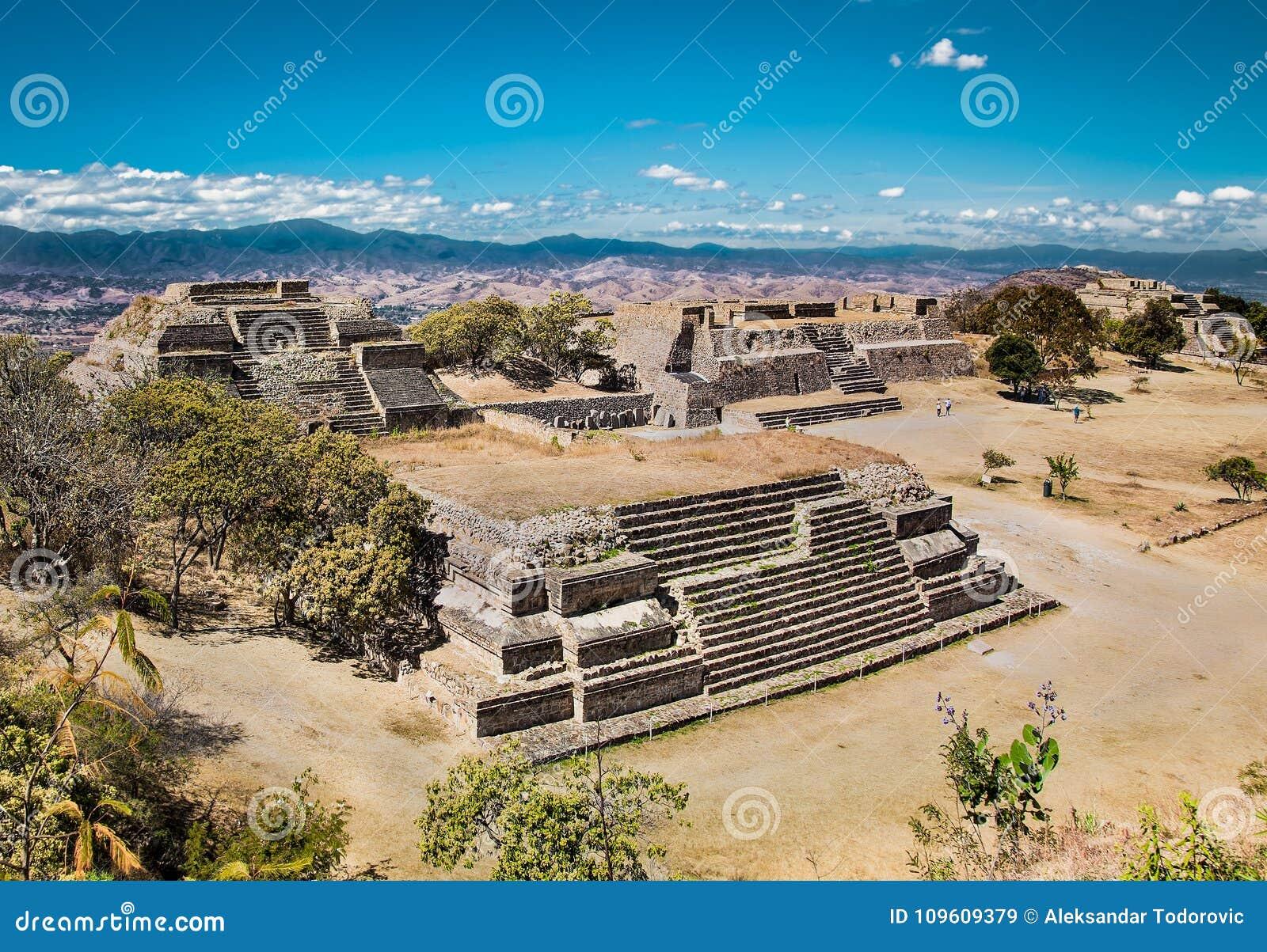 Monte Alban é um capital antigo de Zapotec, perto de Oaxaca, México