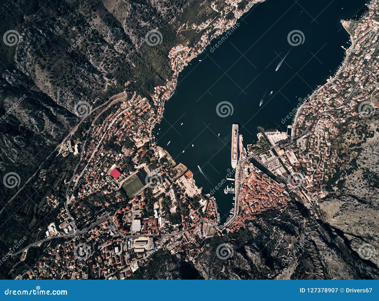 Montenegro Boka fjärd av Kotor Staden av Kotor övre sikt Eyeliner i porten av Kotor