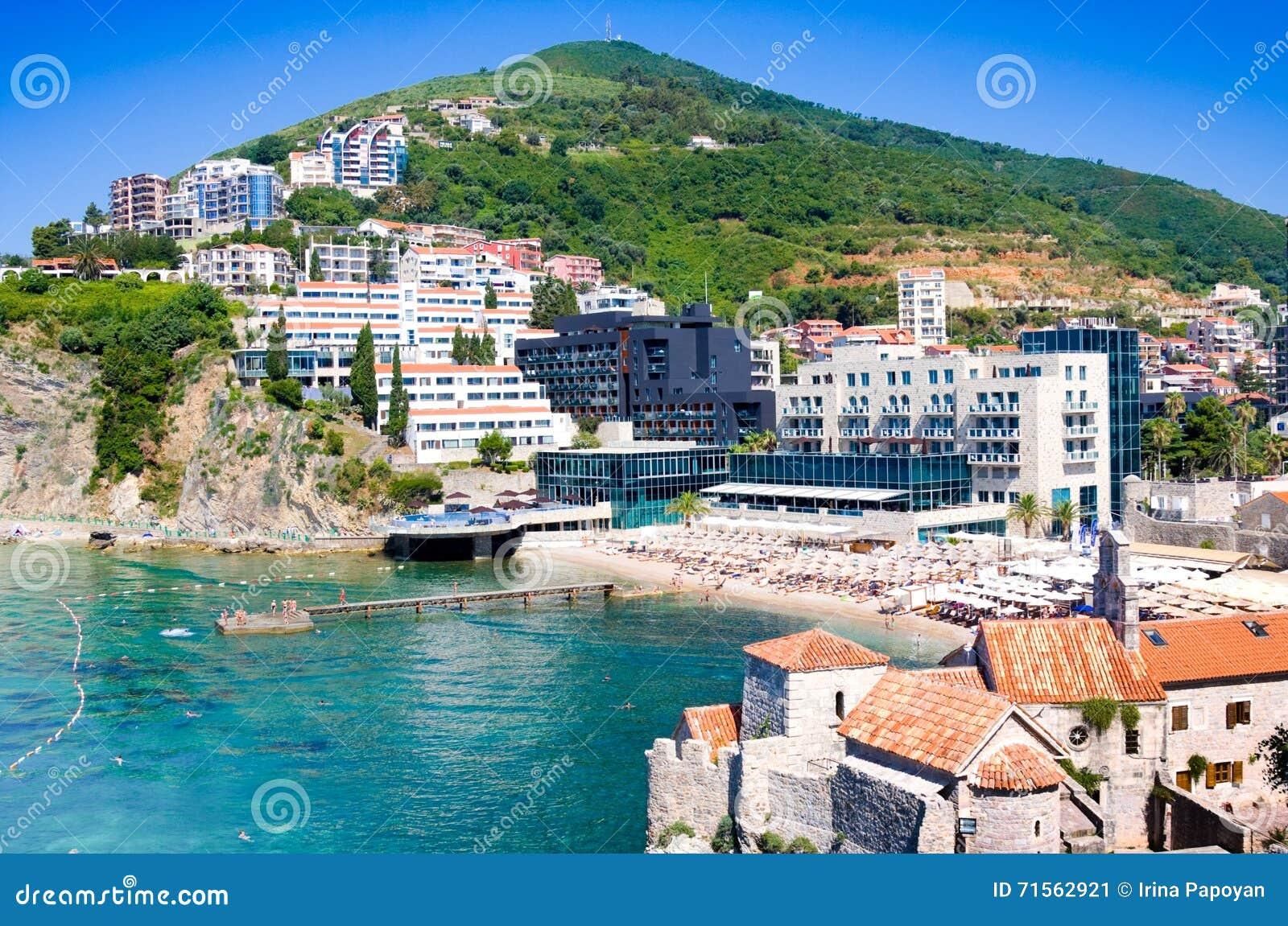 MONTENEGRO, BUDVA - 12 DE JULHO DE 2015: Os turistas em Mogren famoso encalham perto de Budva em Montenegro O Sandy Beach é ficad