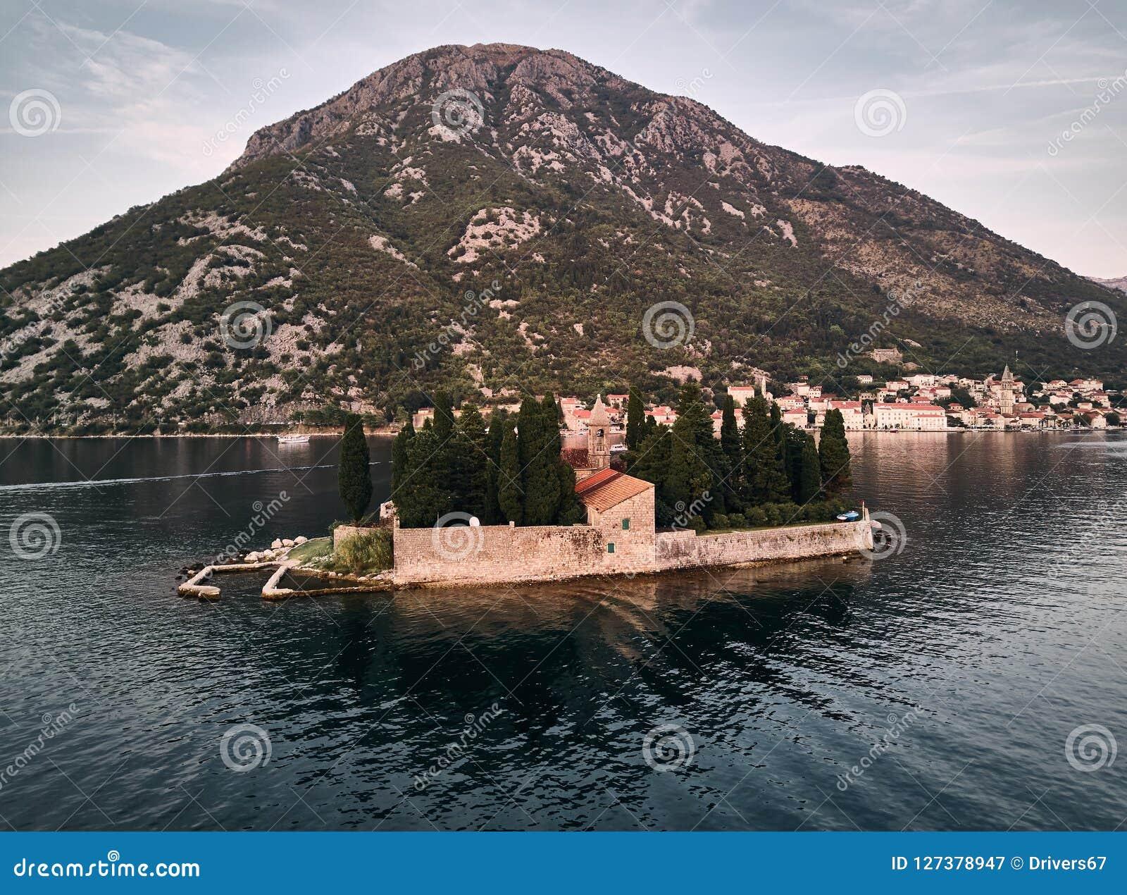 Montenegro Staden av ön för Perast St George ` s Kyrka för `s för St George